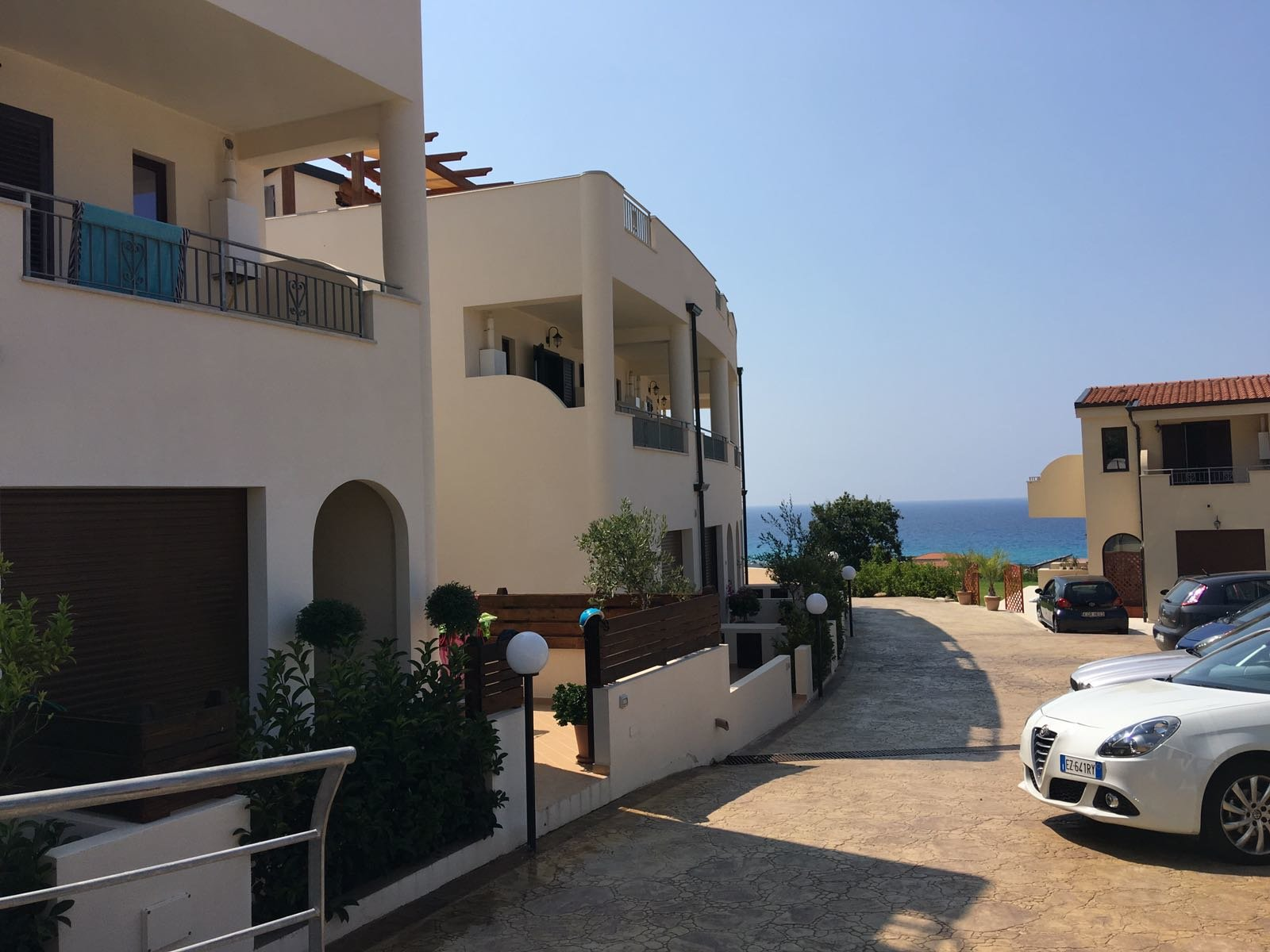 Exclusive townhouse with pool and parking - perfect rental investment