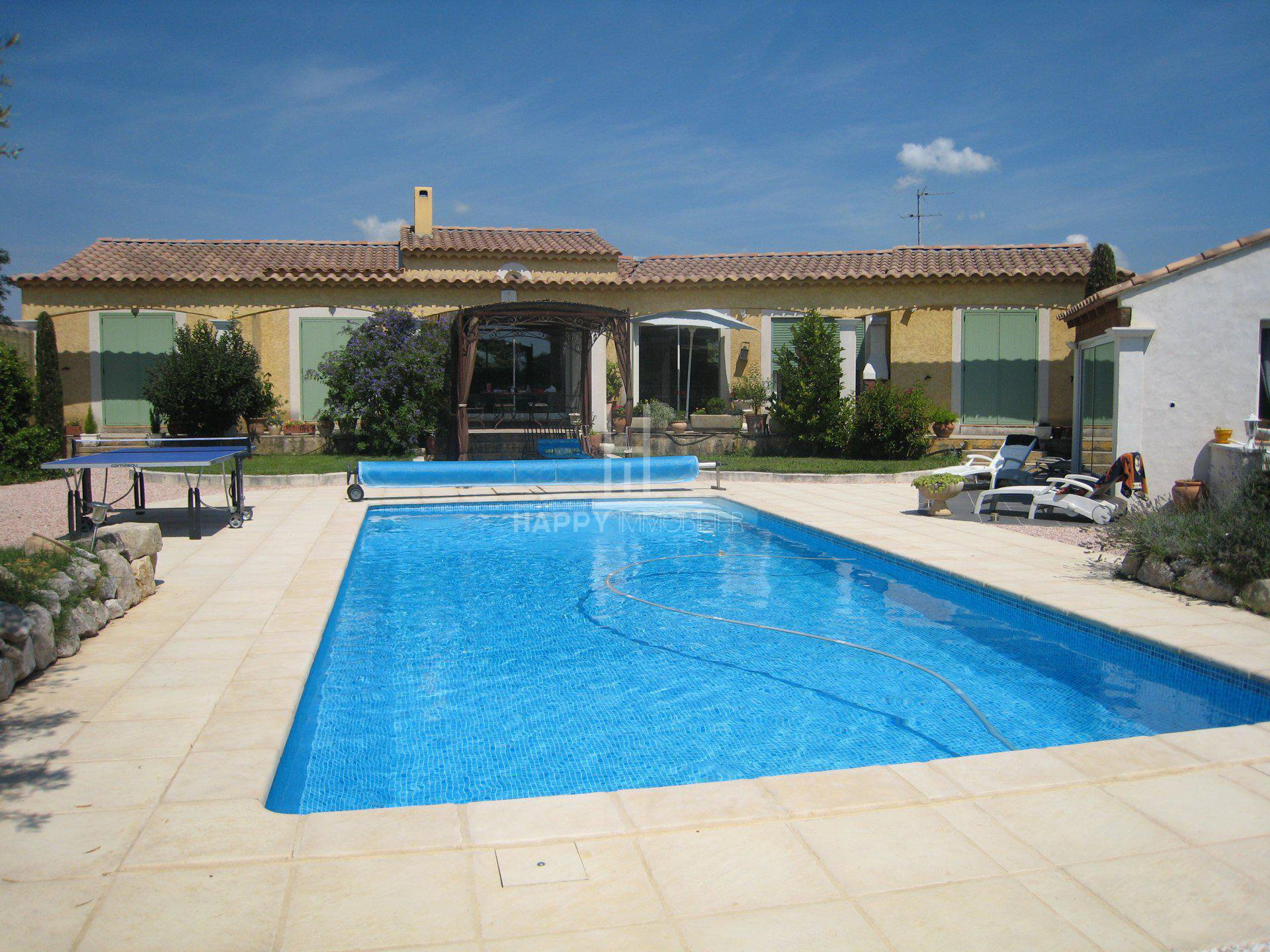 A ground floor house with pool and spa in Pont de Crau