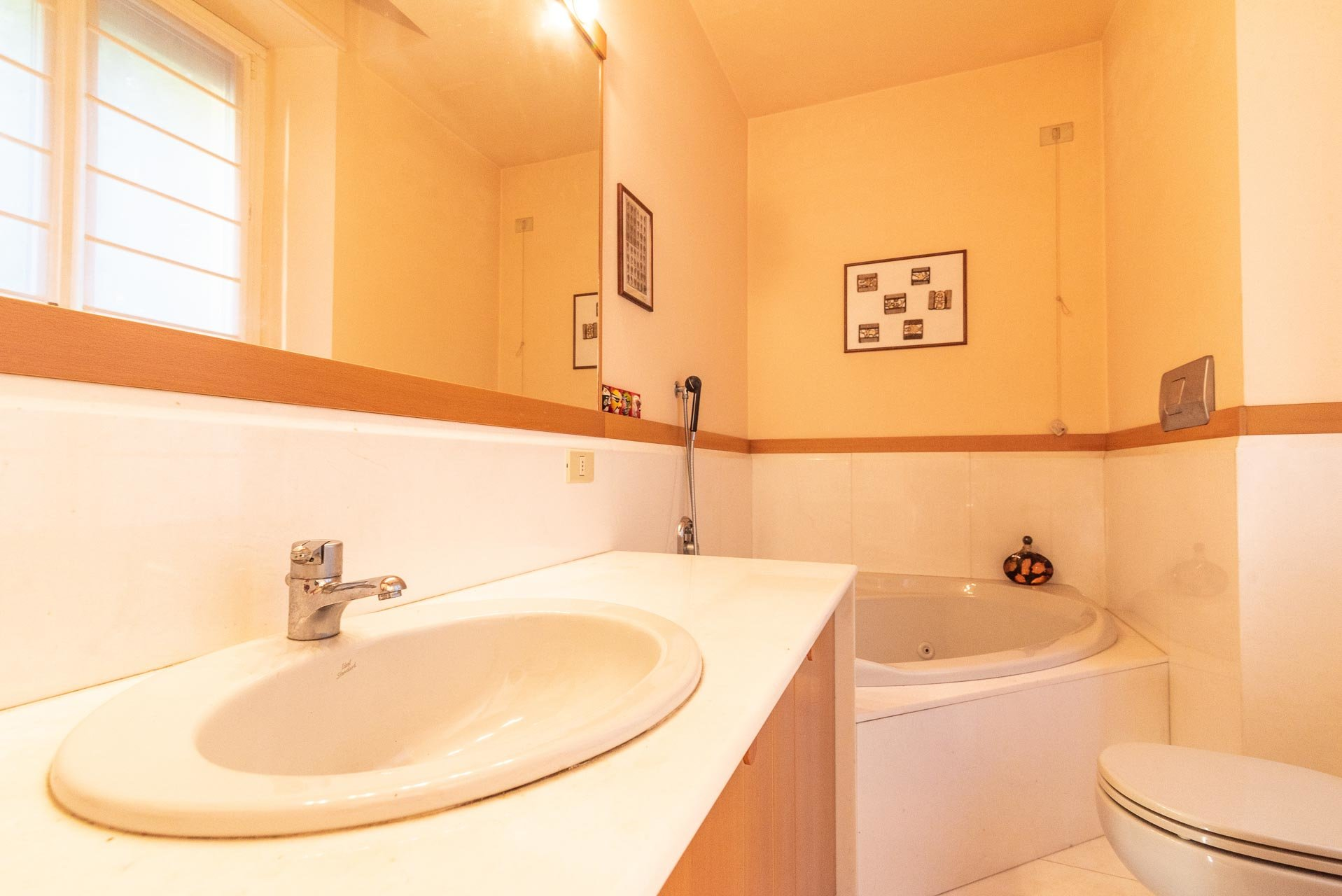 Lake view apartment for sell in Baveno - bathroom with bathtub