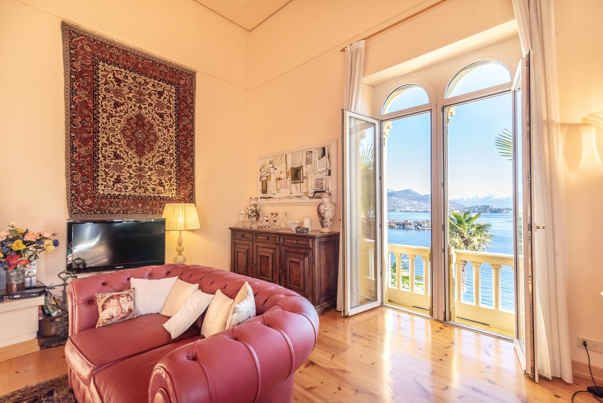Lake view apartment for sell in Baveno - lounge with balcony