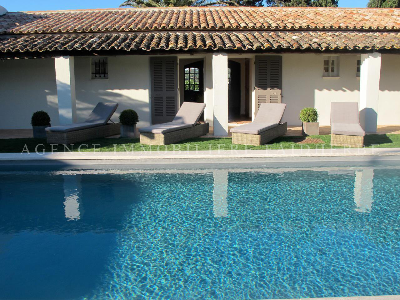 Beautiful villa with a direct access on the beach