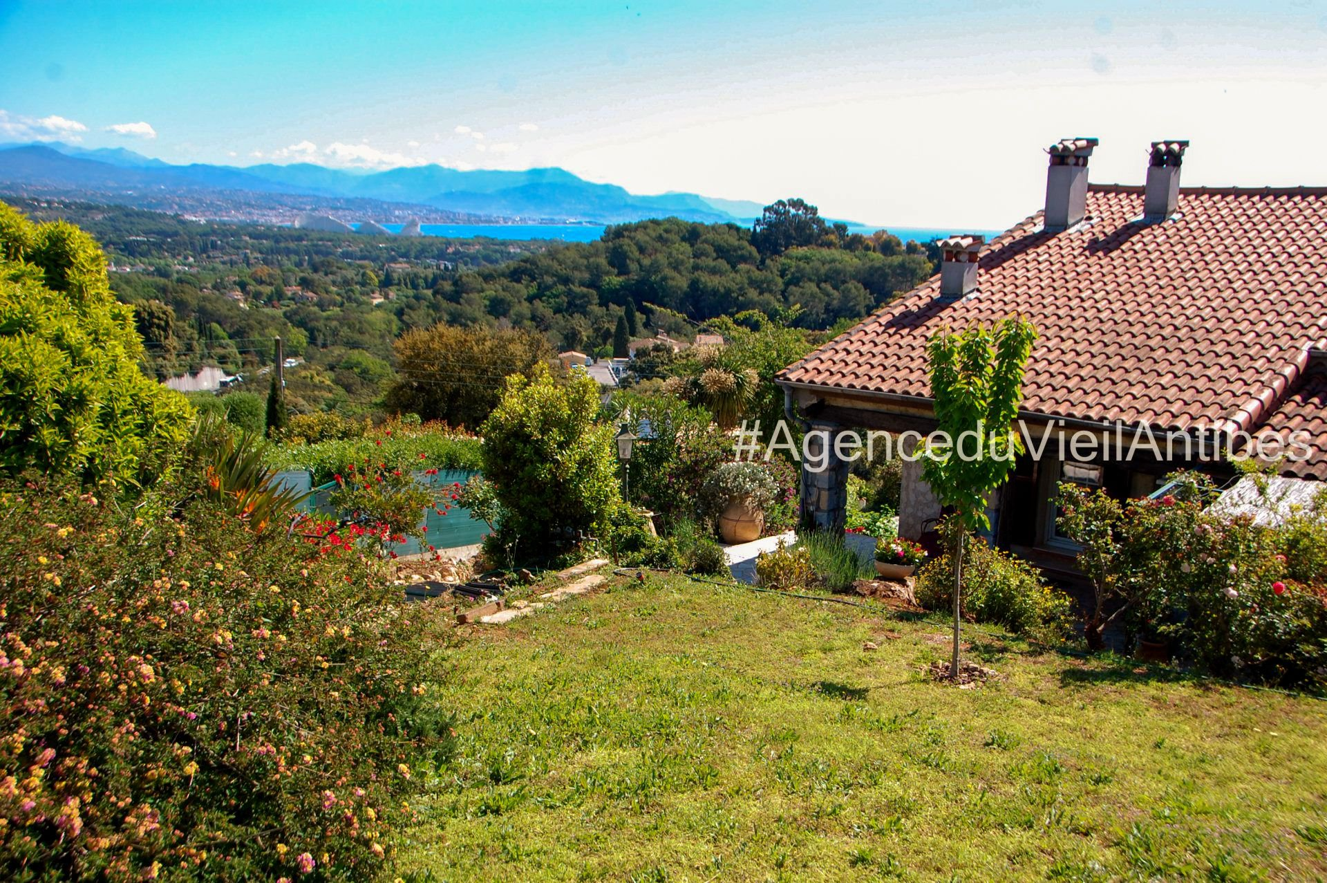 HOUSE IN THE HEIGHT OF ANTIBES - 220 M2 / 1800 M2 OF LAND