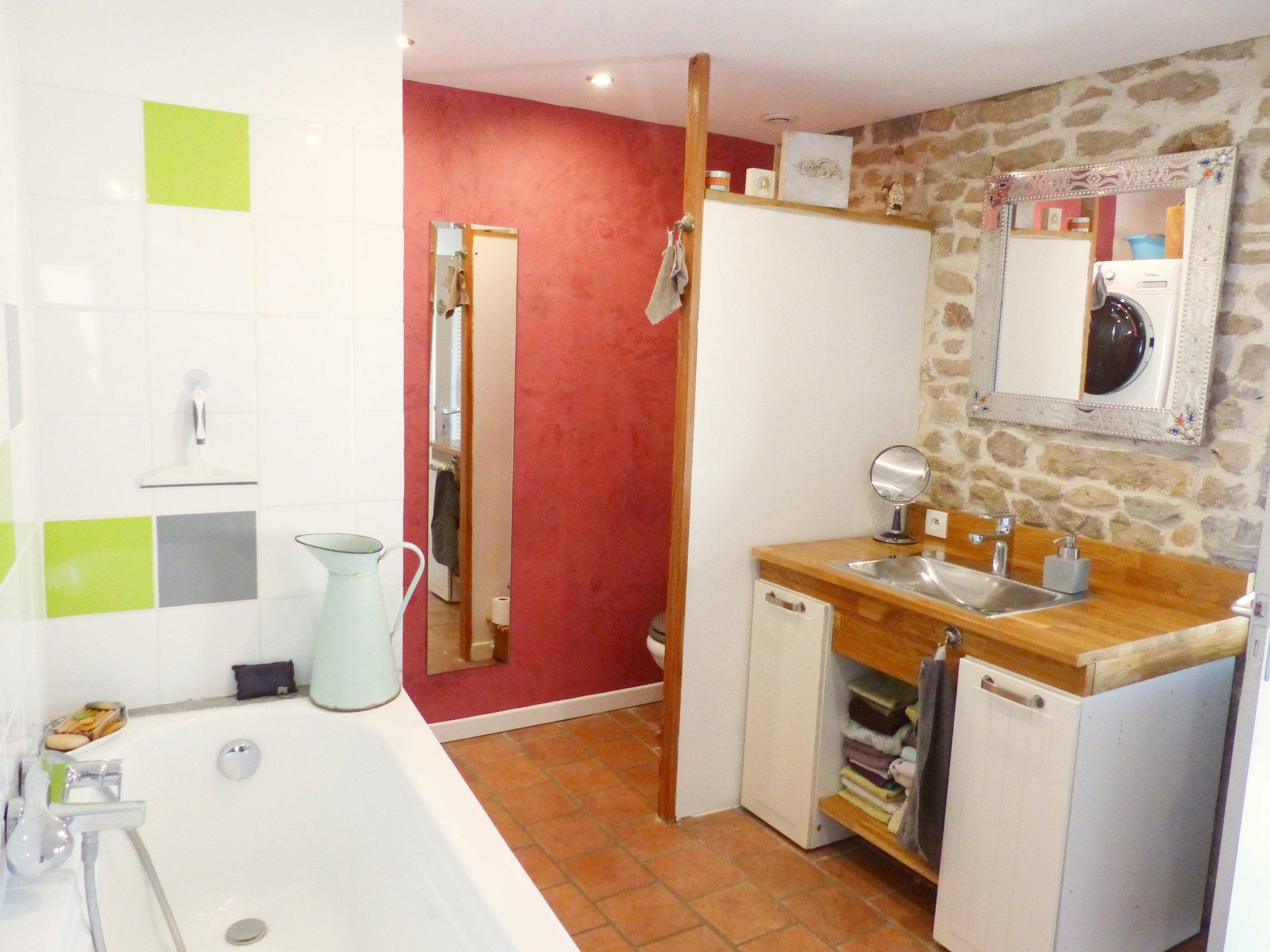 Sologny : petit village de l'Ouest Mâconnais, Venez découvrir cette charmante maison joliment rénovée et soigneusement entretenue d'une surface de 110 m². Elle se compose d'une lumineuse pièce de vie avec cuisine, d'un salon, de trois chambres, d'une salle de bains/toilette, d'une salle d'eau/toilette ainsi que d'une chambre d'invité de 12 m². Deux caves ainsi qu'une chaufferie complètent ce bien. Beaucoup de charme pour cette maison en pierre qui possède une vaste cour fermée ainsi qu'un terrain de 530 m² au pied de cette dernière. Honoraires à la charge du vendeur.