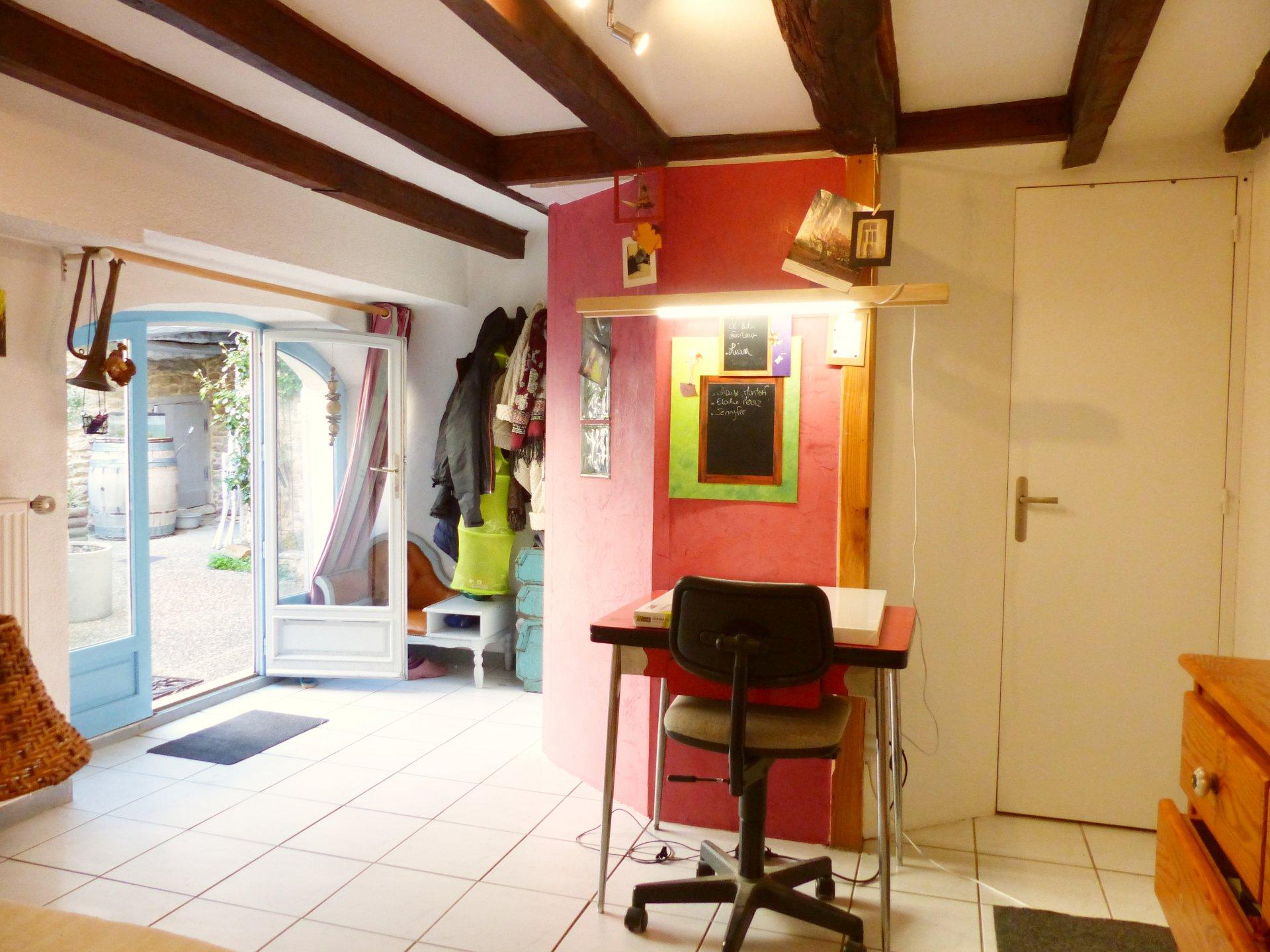 Bien sous compromis de vente  Sologny : petit village de l'Ouest Mâconnais, Venez découvrir cette charmante maison joliment rénovée et soigneusement entretenue d'une surface de 110 m². Elle se compose d'une lumineuse pièce de vie avec cuisine, d'un salon, de trois chambres, d'une salle de bains/toilette, d'une salle d'eau/toilette ainsi que d'une chambre d'invité de 12 m². Deux caves ainsi qu'une chaufferie complètent ce bien. Beaucoup de charme pour cette maison en pierre qui possède une vaste cour fermée ainsi qu'un terrain de 530 m² au pied de cette dernière. Honoraires à la charge du vendeur.