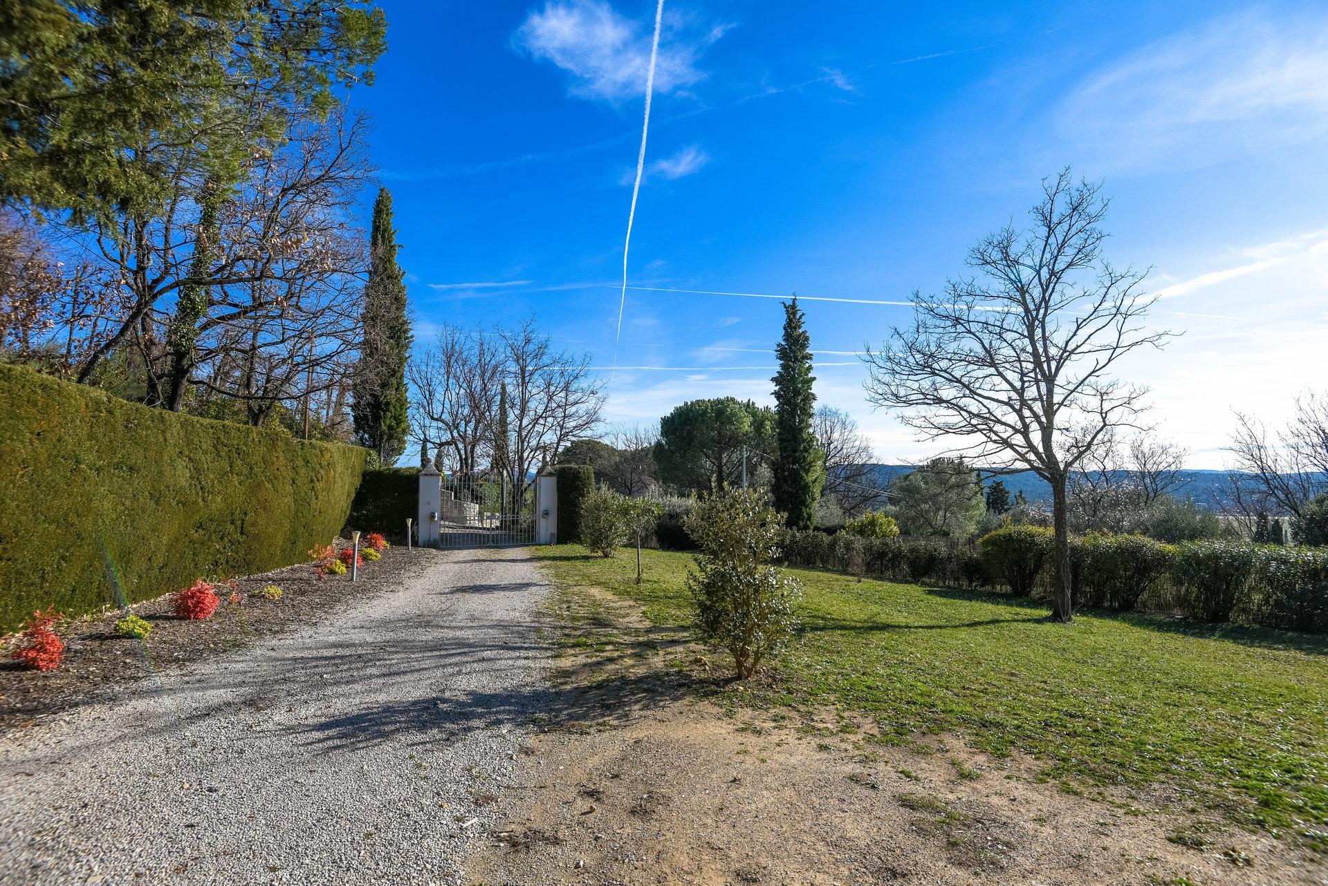 Fayence: villa close to the village