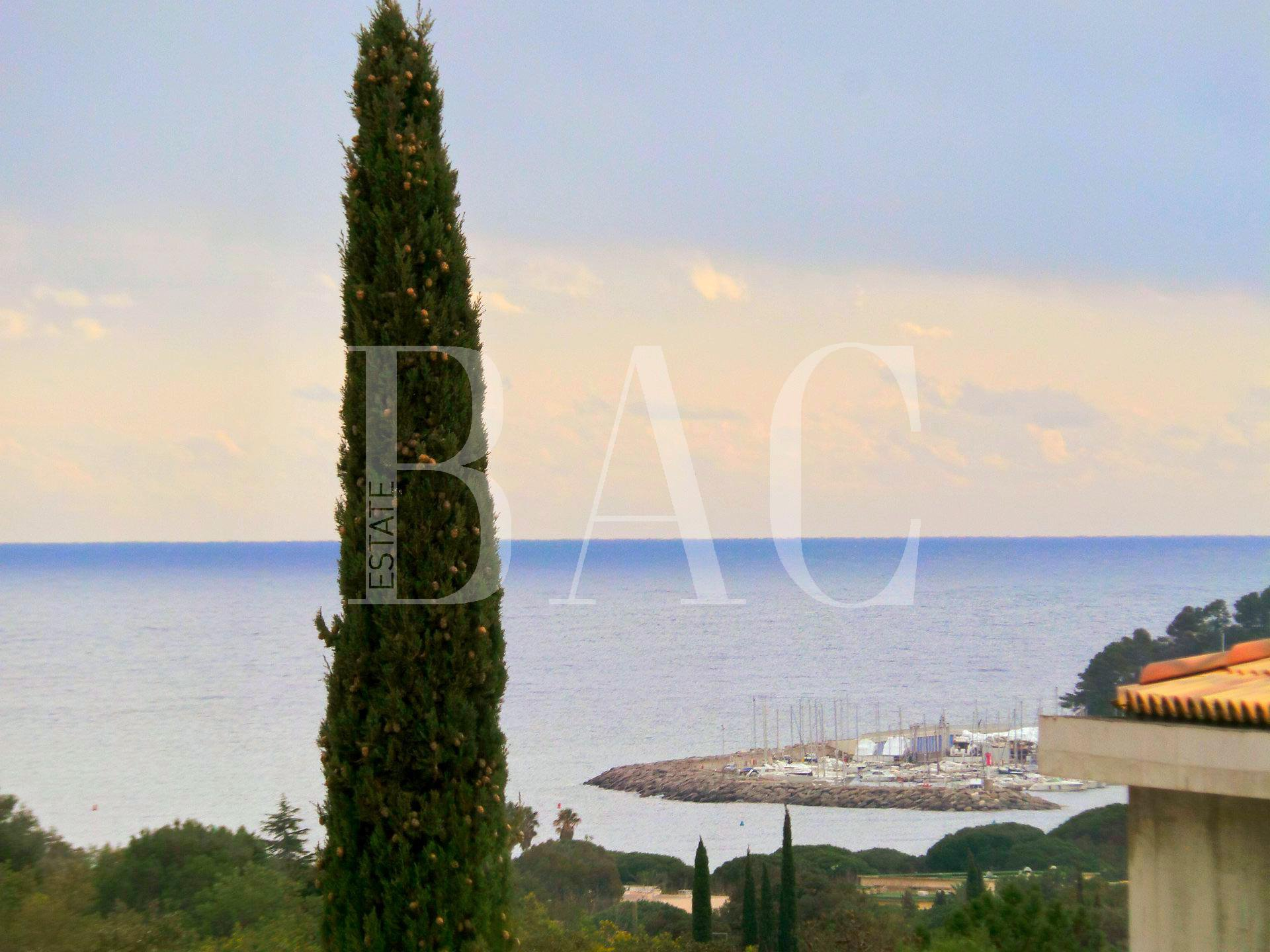 Cavalaire-Sur-Mer, exceptional contemporary villa with sea view only 10 minutes walk from the beach