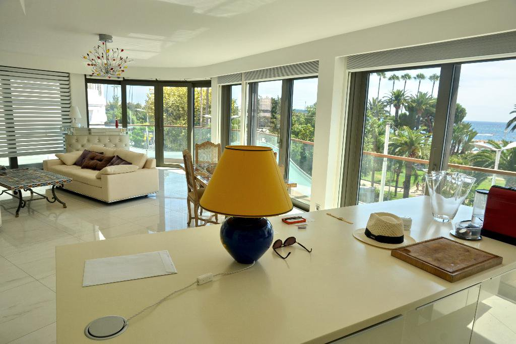 CANNES CROISETTE - VAST 3-BEDROOM APARTMENT 110 M²