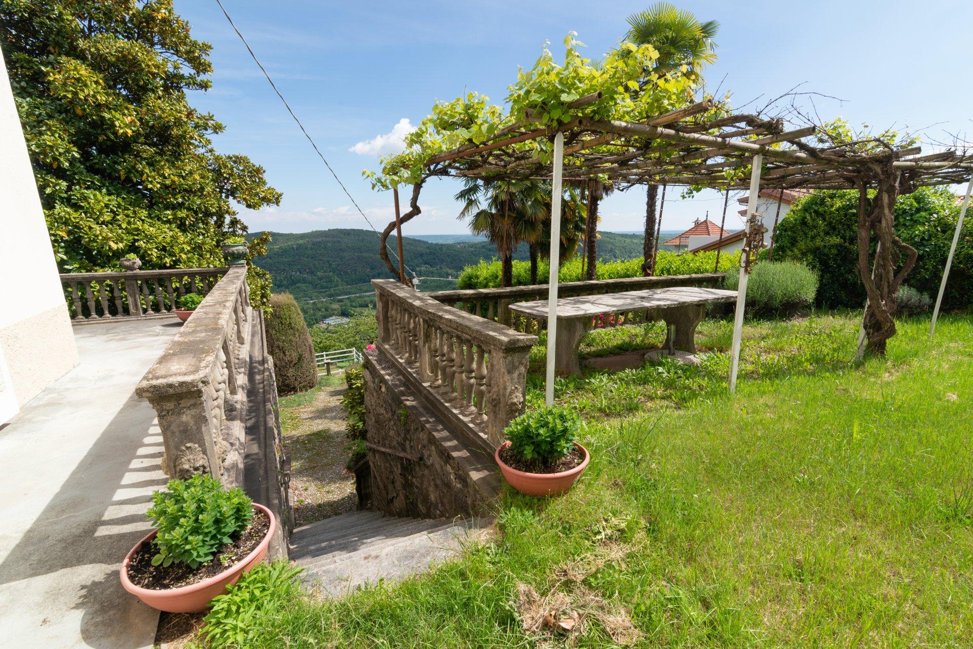 Proprietà storica in vendita al Lago Maggiore- scalinata nel giardino