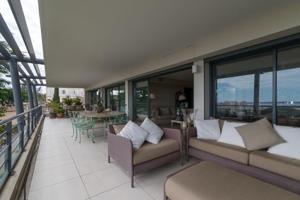 CANNES PETIT JUAS - CO EXCLUSIVITY - APARTMENT ON TOP FLOOR