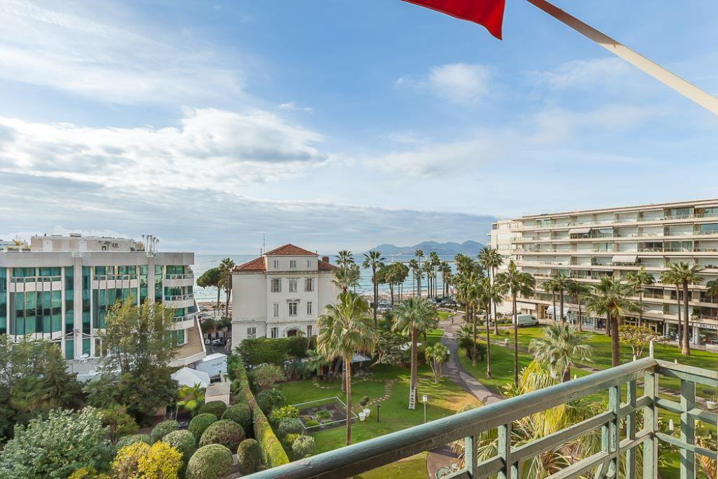 CANNES  - VAST APARTMENT IN A BEAUTIFUL BOURGEOIS BUILDING