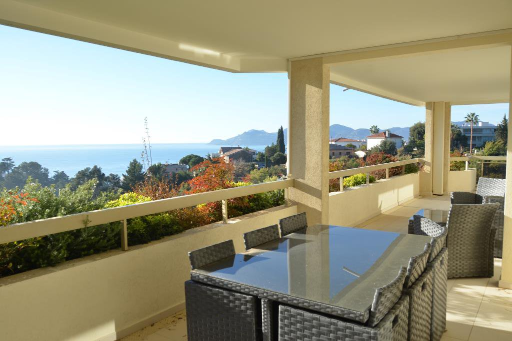 CANNES CROIX DES GARDES - SPACIOUS CORNER 3-BEDROOM APARTMENT