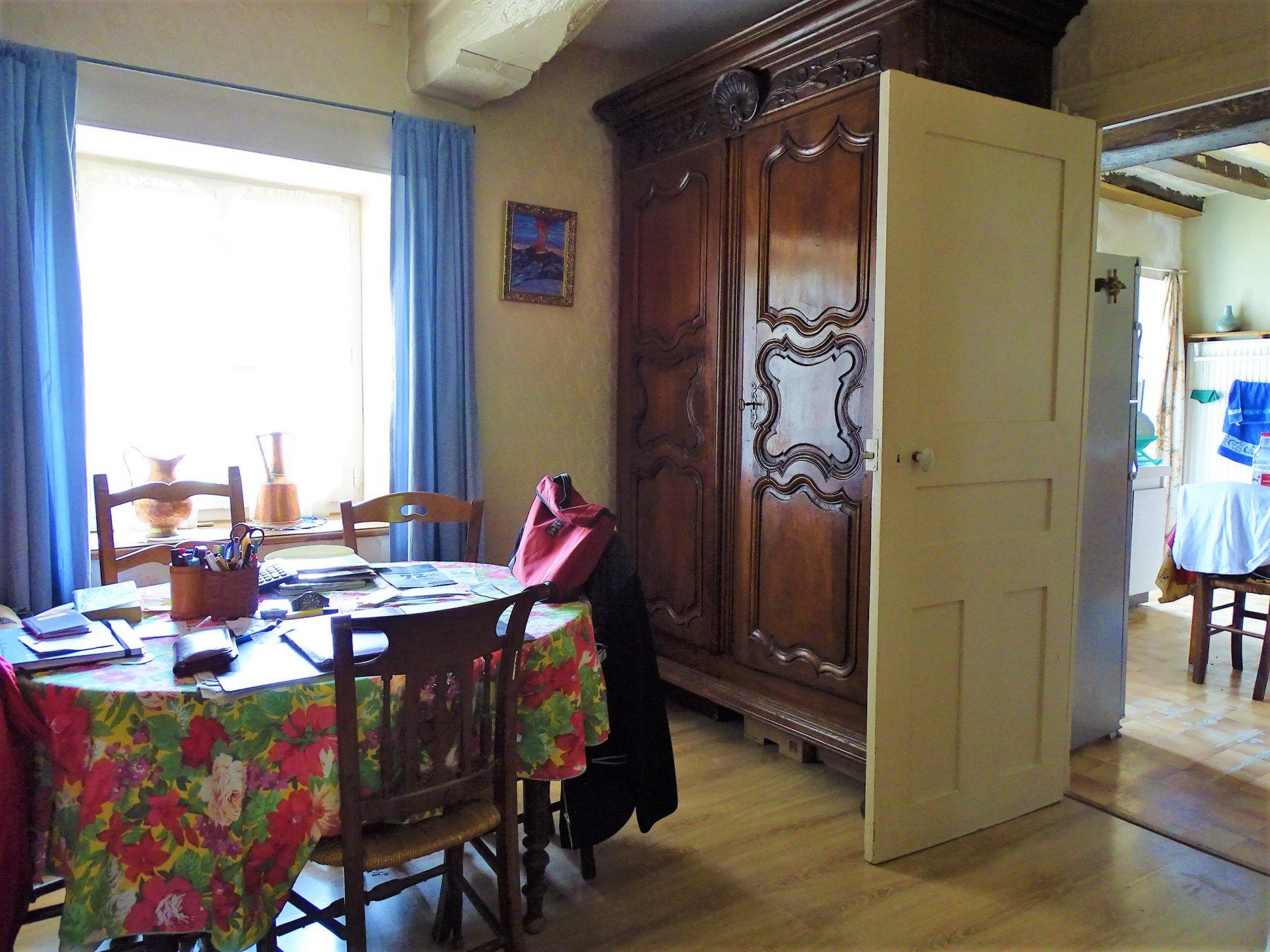 15 mn de Mâcon centre - Sur le secteur de Blany (proche Hurigny), maison à rénover sur un jardin clôt d'environ 230 m².  Elevée sur caves (aménageables), elle dispose d'une partie habitable de 55 m² composée d'une cuisine aménagée, d'un salon, d'une salle à manger, d'une chambre et d'une salle d'eau.  Beau potentiel grâce à ses nombreuses dépendances et ses combles aménageables ! Honoraires à charge vendeur.
