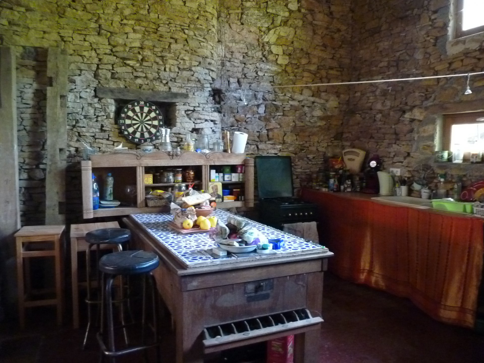 High ceiling, kitchen bar