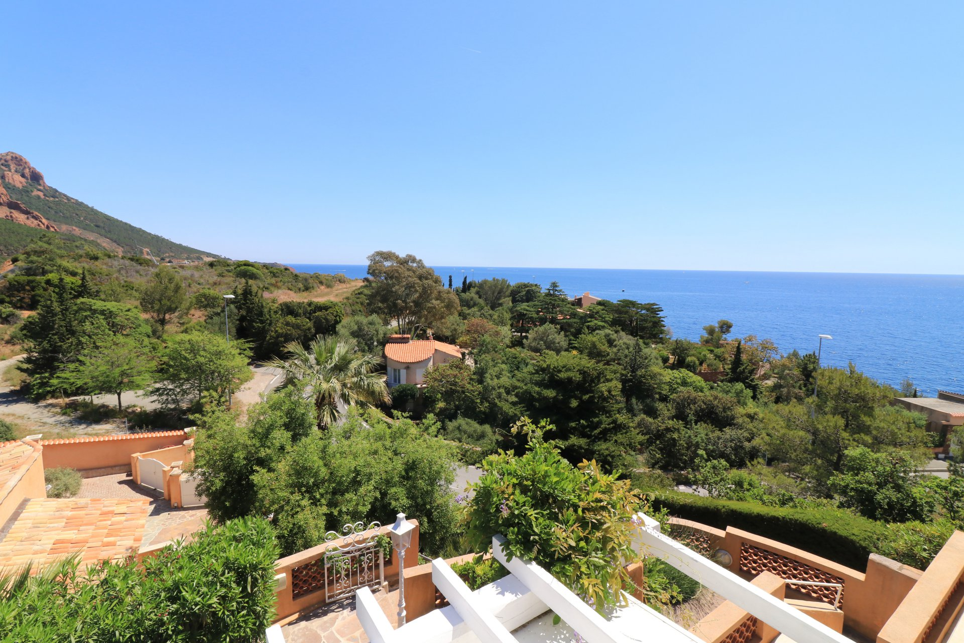 Unique villa, two levels, pool, panoramic sea and mountain view in Anthéor