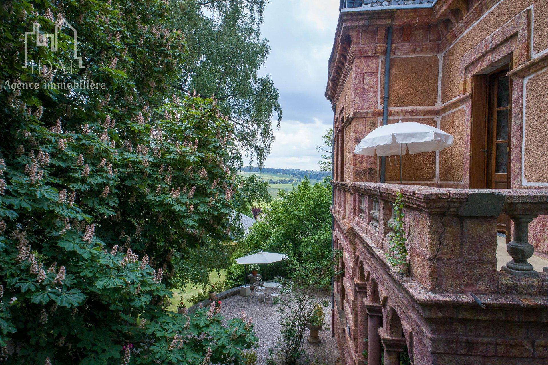 St Alban sur Limagnole-Demeure du XIX iéme bâtie de granite rose.