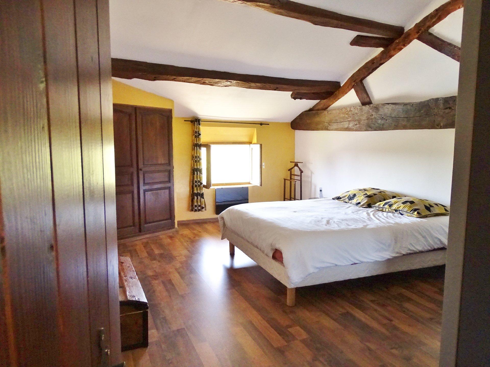 Venez découvrir cette ancienne ferme entièrement rénovée de 195 m². Elle offre de plain pied un séjour de 48 m² exposé Est/Ouest. Séparée par une très belle verrière en colombage, vous apprécierez cette cuisine entièrement équipée. De plain pied vous trouverez aussi une grande chambre (20 m²) ainsi que la salle de douche. L'étage offre 2 chambres (21 et 22 m²) et une vaste mezzanine de 44 m² avec possibilité de créer une 3e chambre et une salle de douche. Le haut ne manque pas non plus de charme avec cette magnifique charpente apparente. Sur un terrain au calme absolu de 2770 m² environ vous apprécierez cette grande terrasse bien exposée et sa belle piscine. Un four à pain, un garage de presque 60 m², une dépendance de 135 m² ainsi que de nombreuses zones de rangements finissent de compléter idéalement ce bien. Honoraires à la charge des vendeurs.