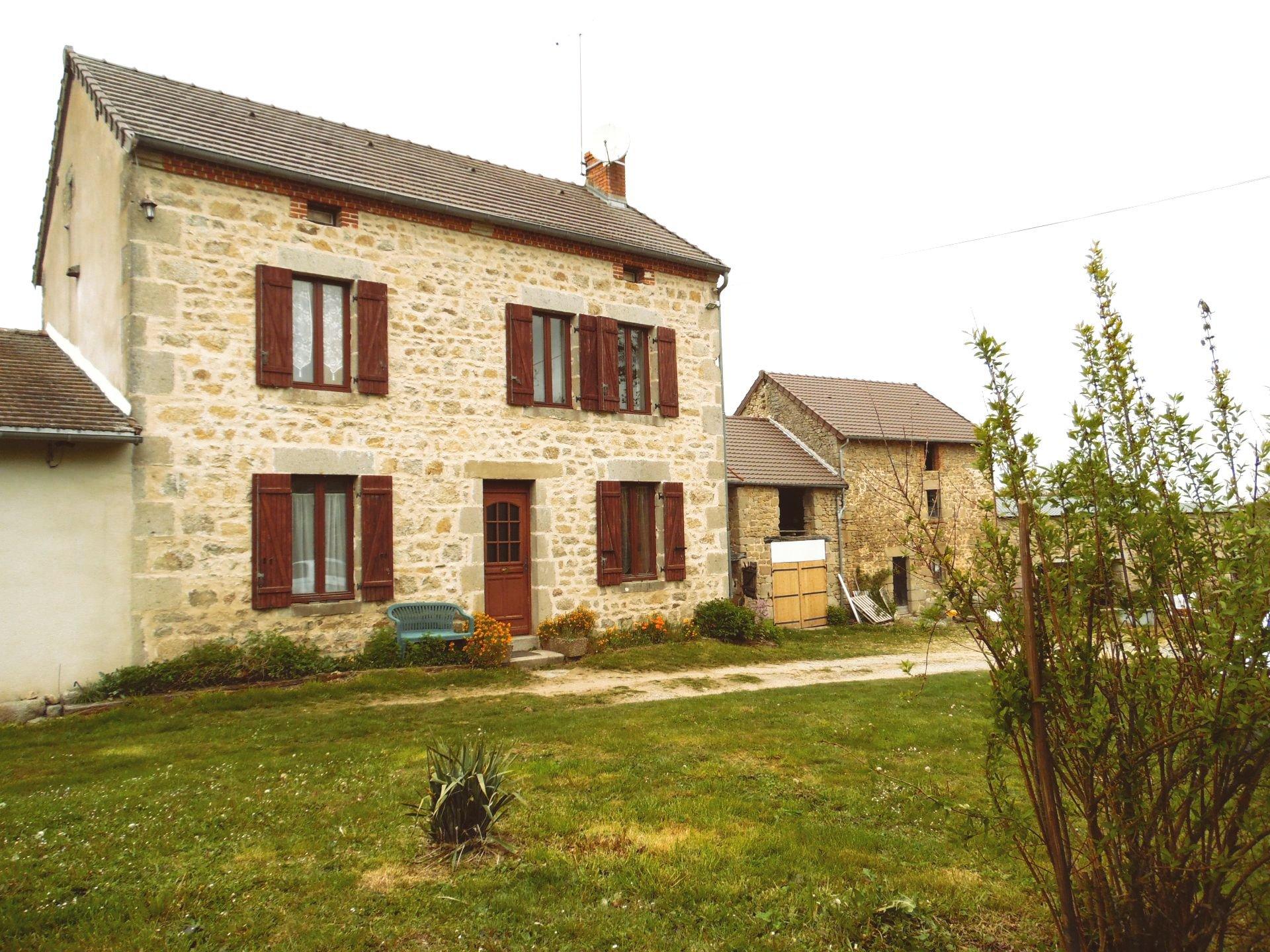 Maison en pierres avec dépendances sur 4 ha de terrain en Auvergne