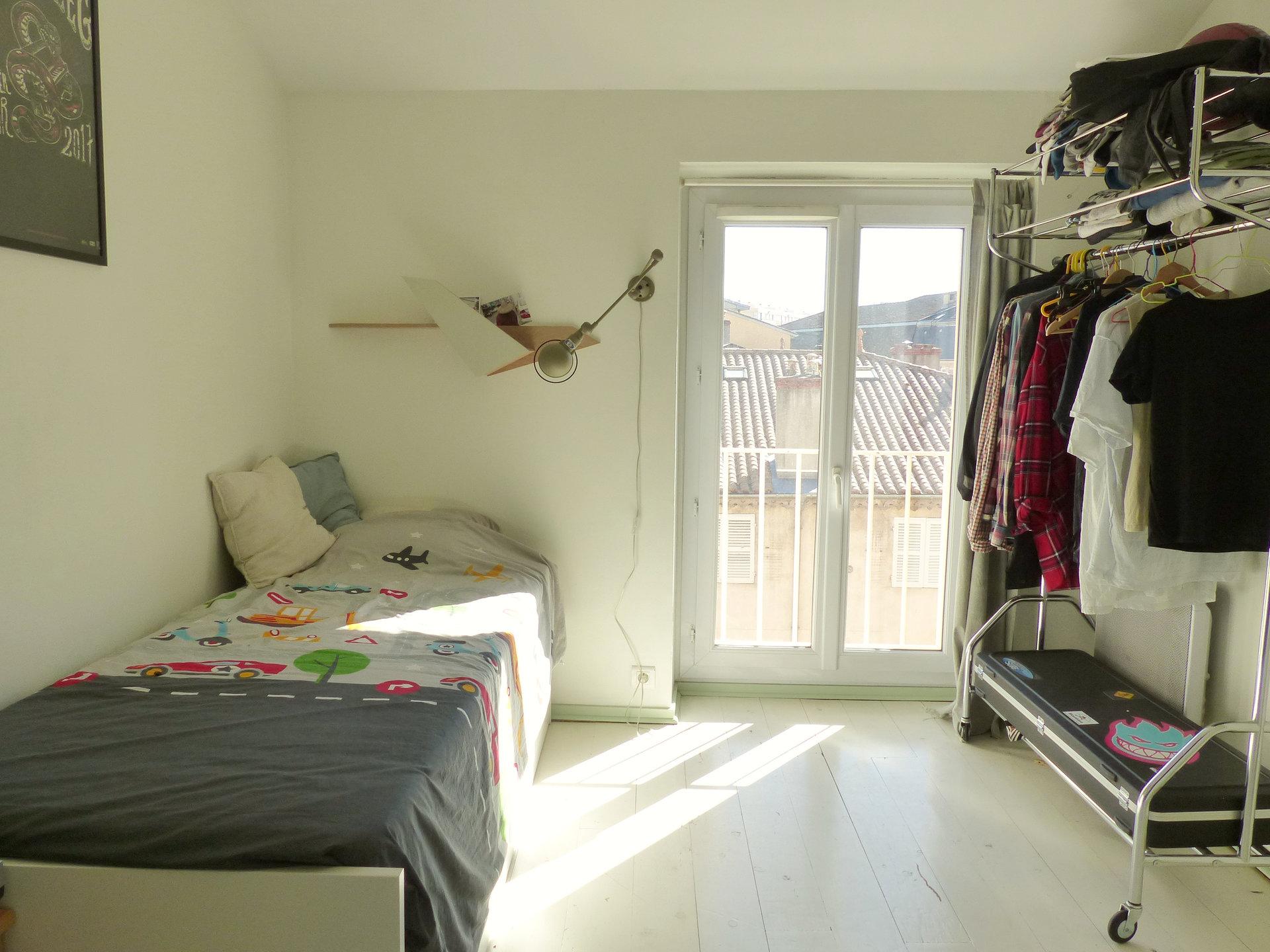 Mâcon, centre ville, à deux pas de la gare, venez découvrir cet appartement de charme offrant une surface habitable de 98 m². Il se compose d'une vaste entrée avec placards, d'une lumineuse pièce de vie donnant sur une terrasse de 20 m², d'une cuisine, de deux chambres, d'une salle de bains avec douche et baignoire ainsi qu'un toilette séparé. Appartement en très bon état, lumineux, beaucoup de charme pour ce bien, nombreux rangements. Petite copropriété à faibles charges ( 143 euros/an - 5 lots). Honoraires à la charge du vendeur.