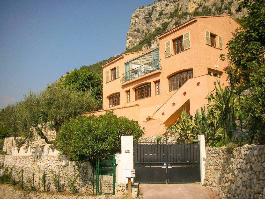 VILLA CONSISTING OF TWO APARTMENTS WITH VIEW OF THE SEA.