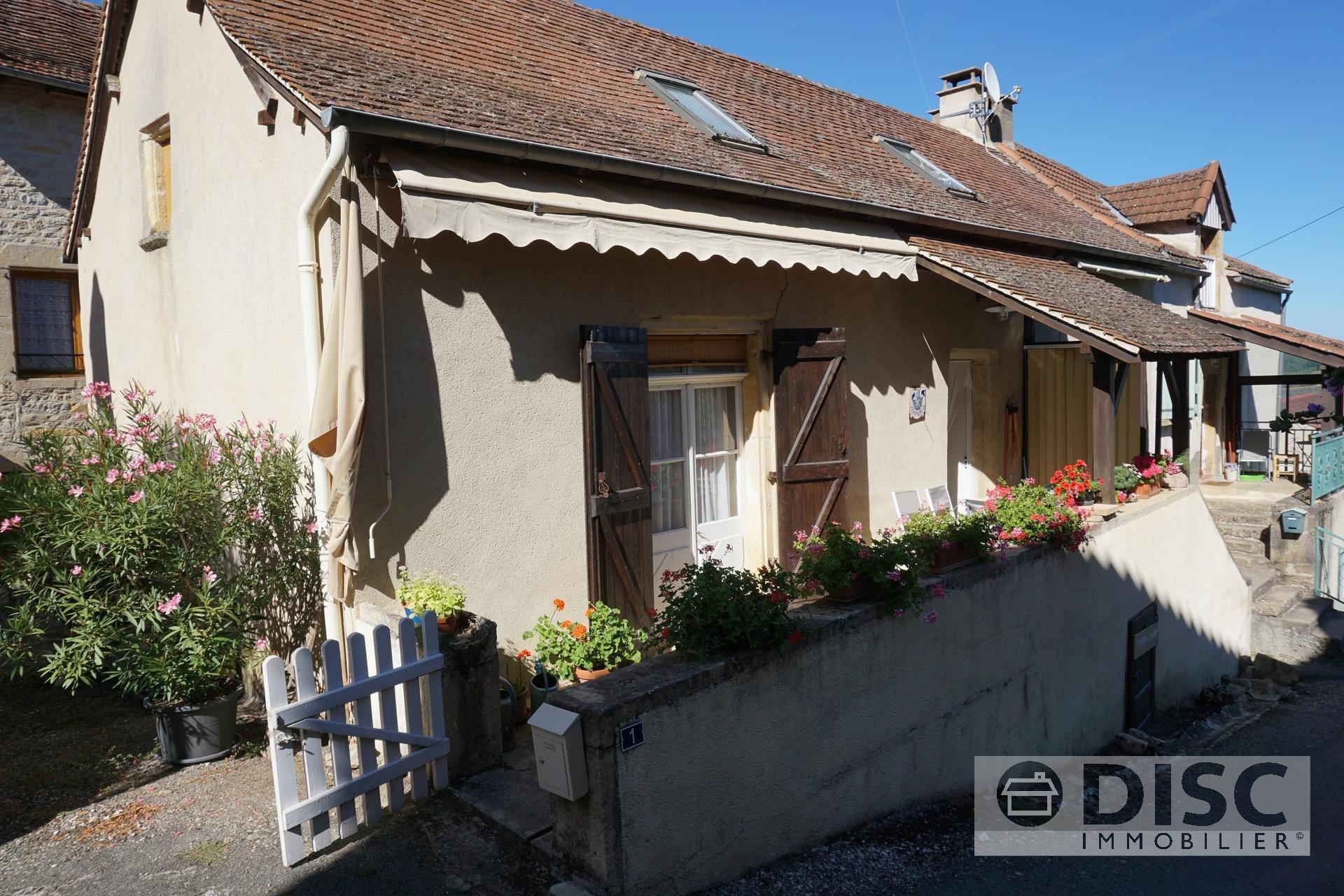 Dorpshuis met tuin, garage en bijgebouw.