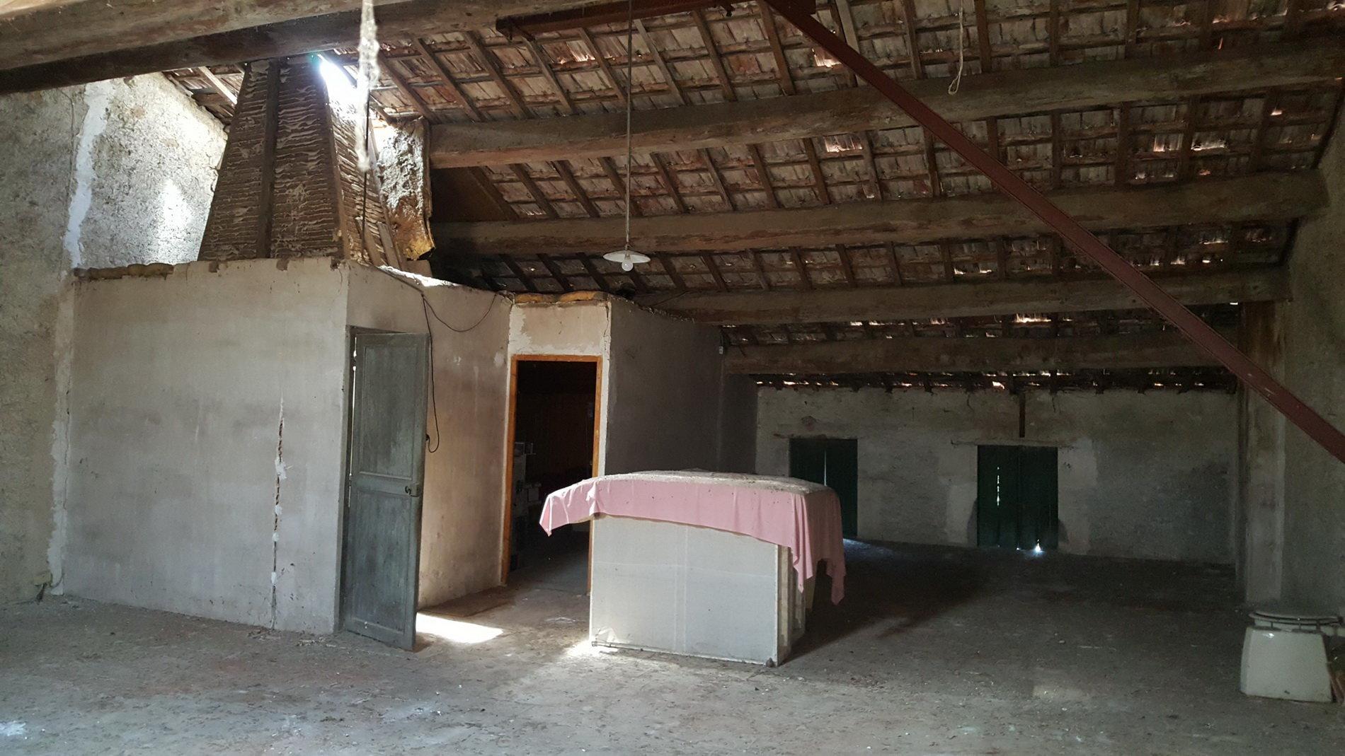 Charmigt vinbondehus med stort garage och terrass