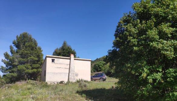 Finca de 73 000 m2 avec un entrepôt agricole et une ruine.