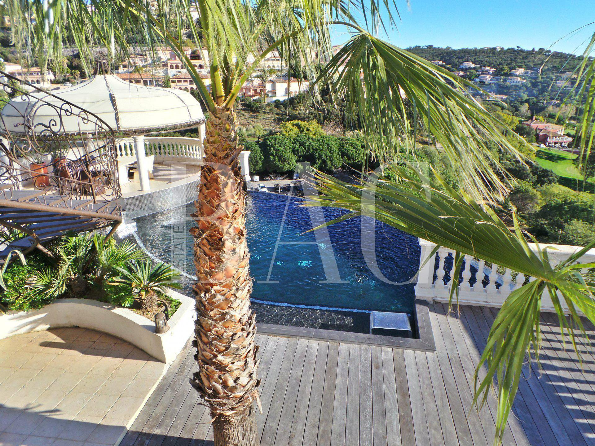 Sainte-Maxime, facing the golf practice and 3km from the beach