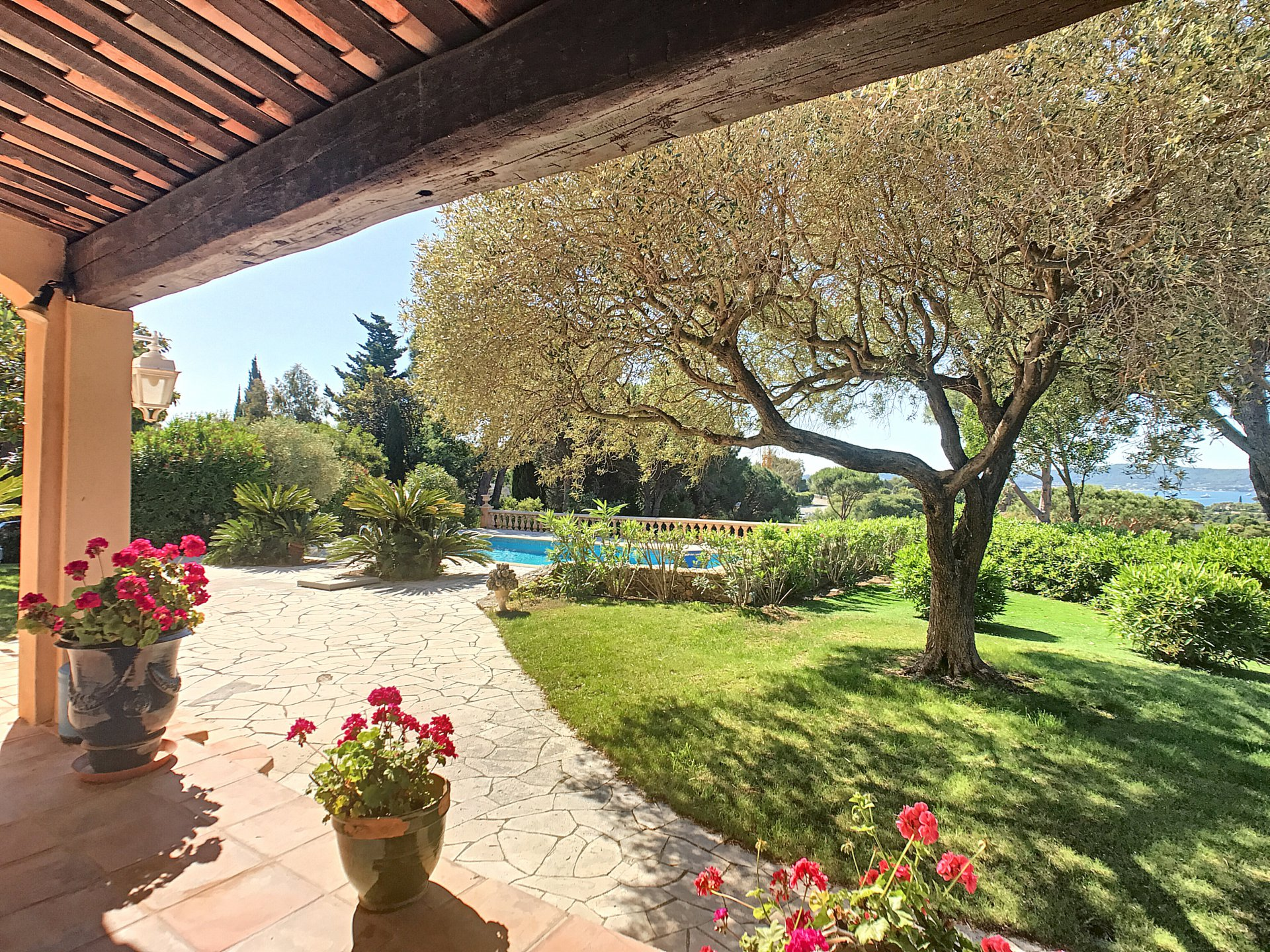 Superb villa with sea view in secured domaine