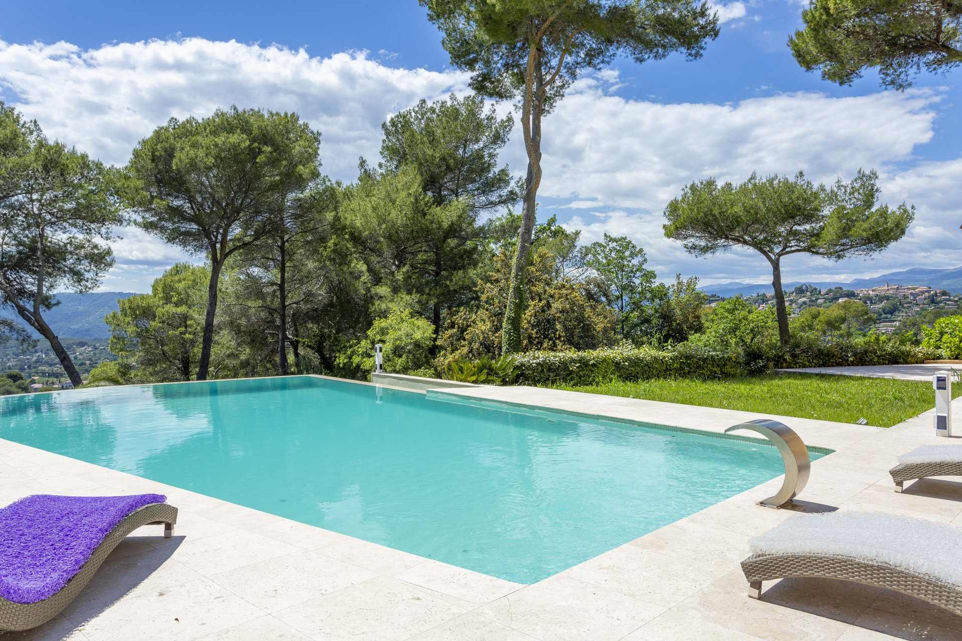 MOUGINS - PRIVATE ESTATE OF 3 VILLAS