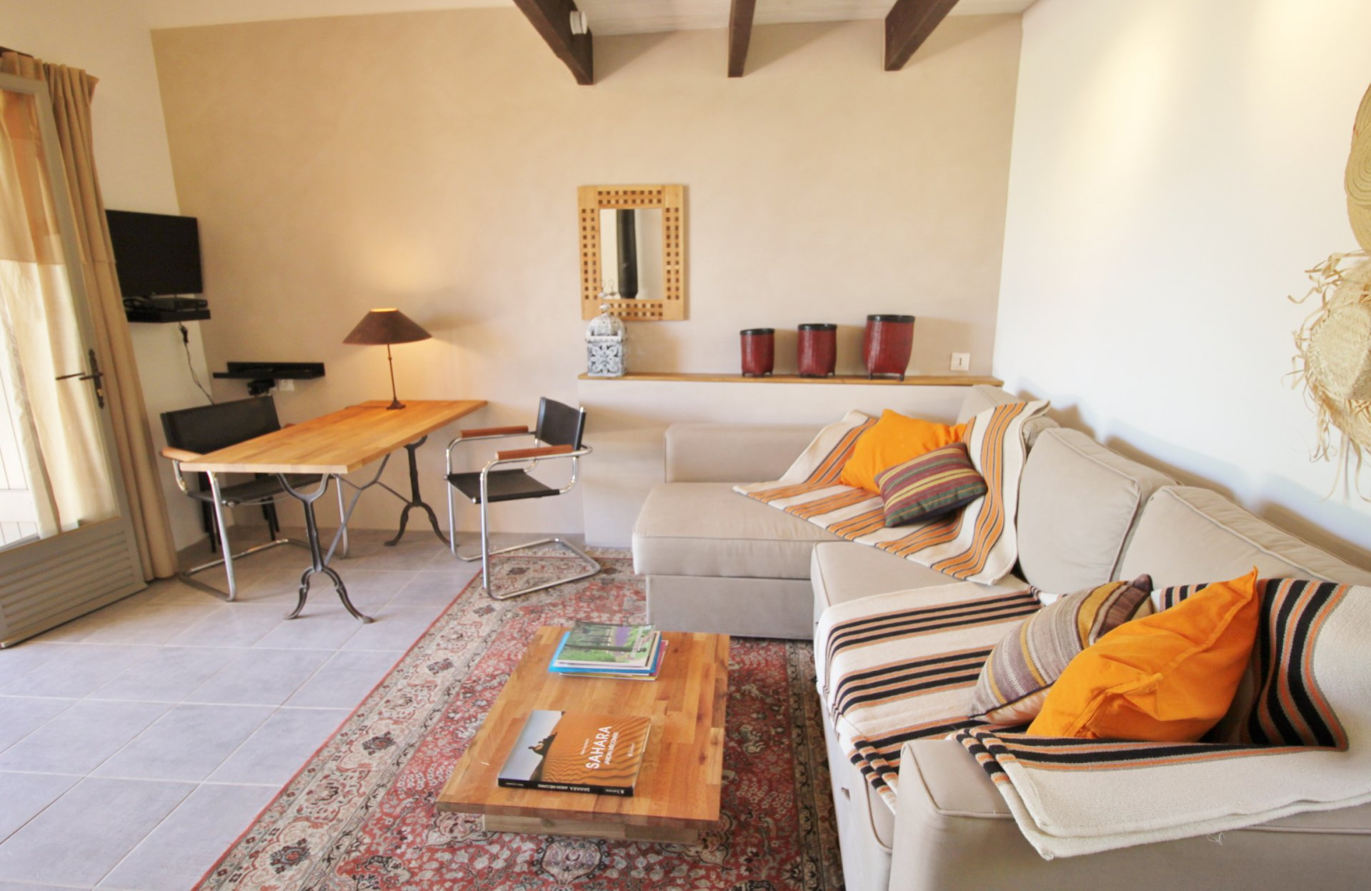 Extraordinaire villa with guesthouse in very quiet area