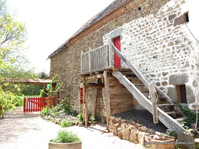 For sale in the Puy de Dôme, house with barn and garden.