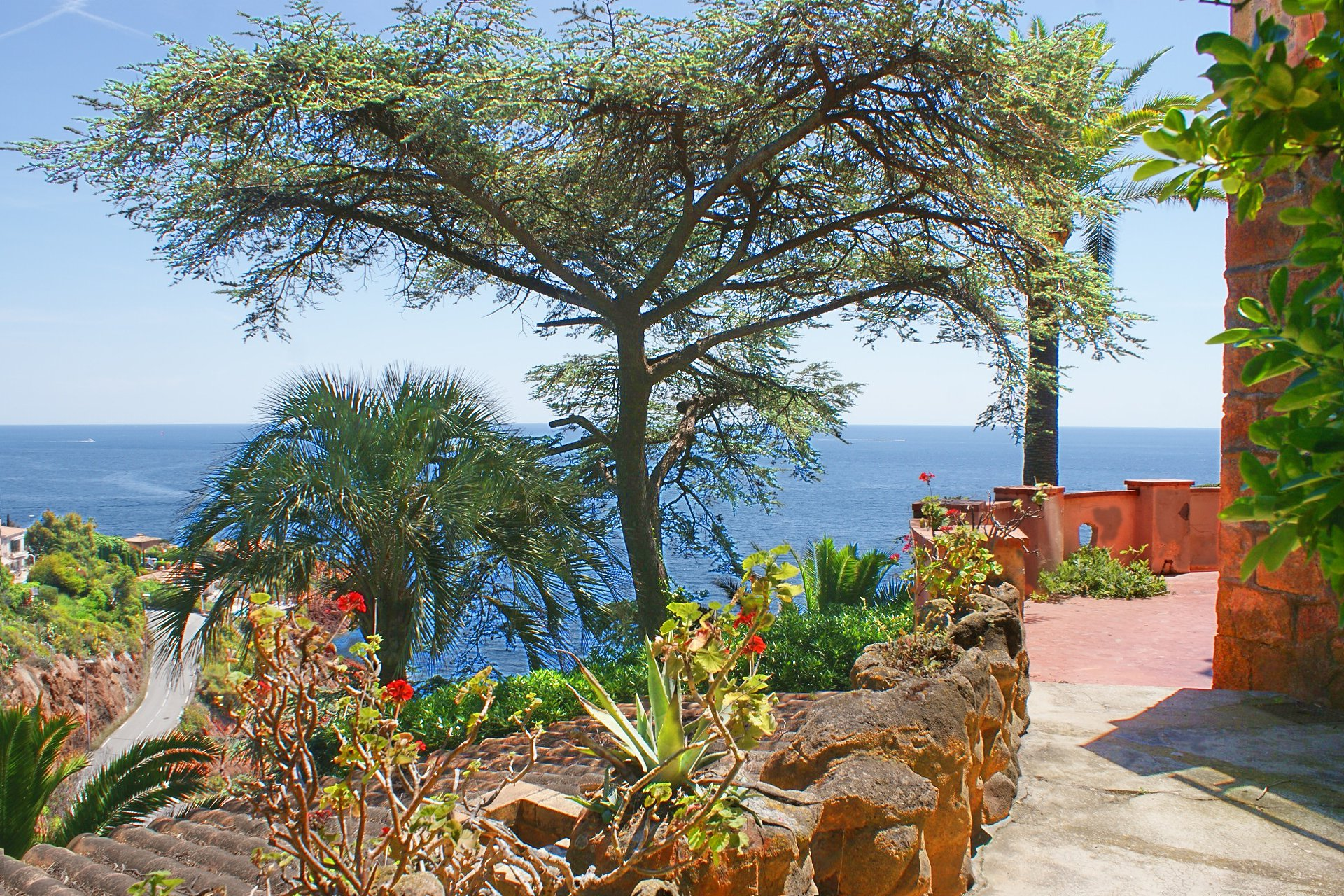 Fantastic location directly above the sea and the red rocks of the Esterel.