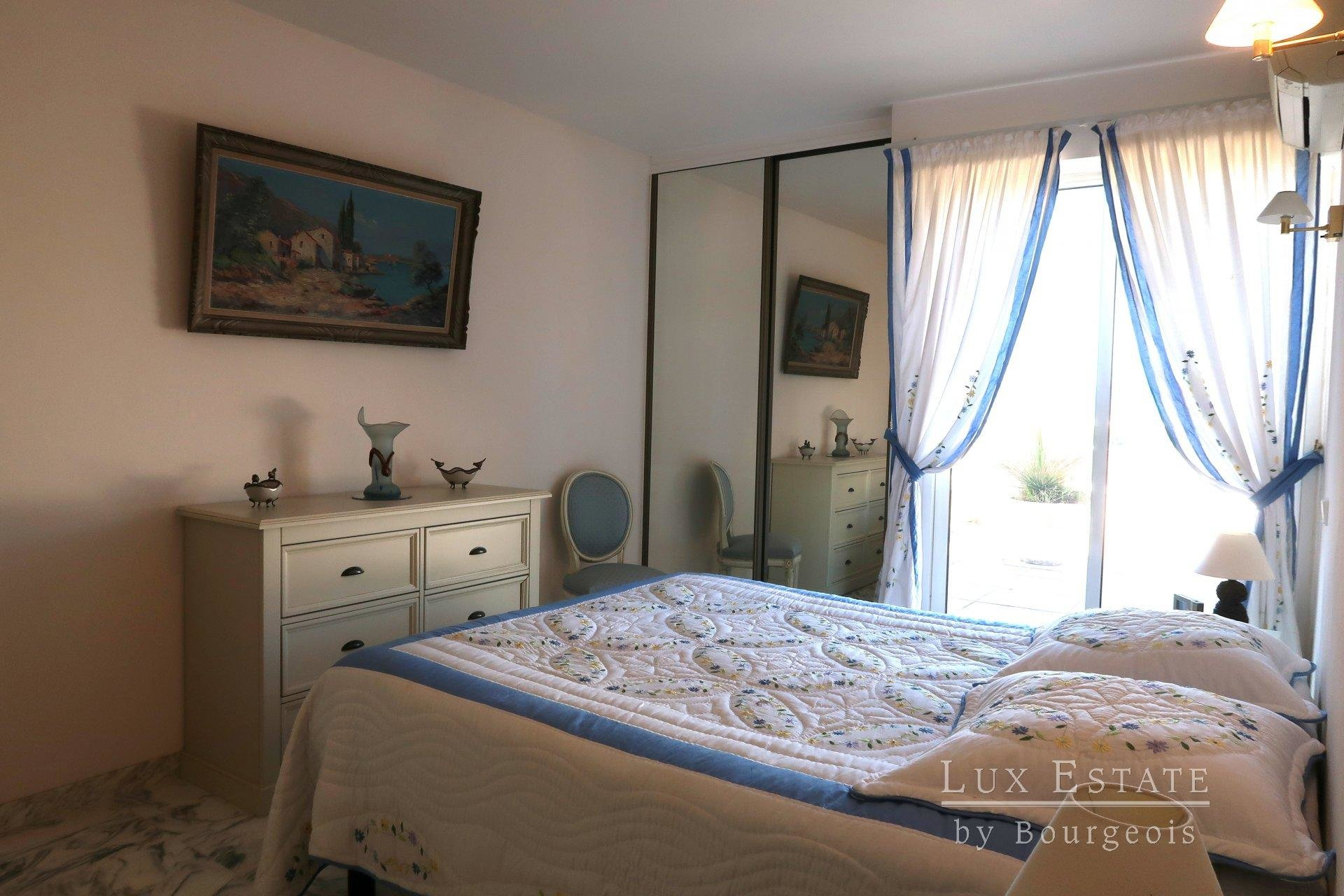 Le Cannet in a secured condo, furnished  2-room flat with a wide terrace overlooking the sea