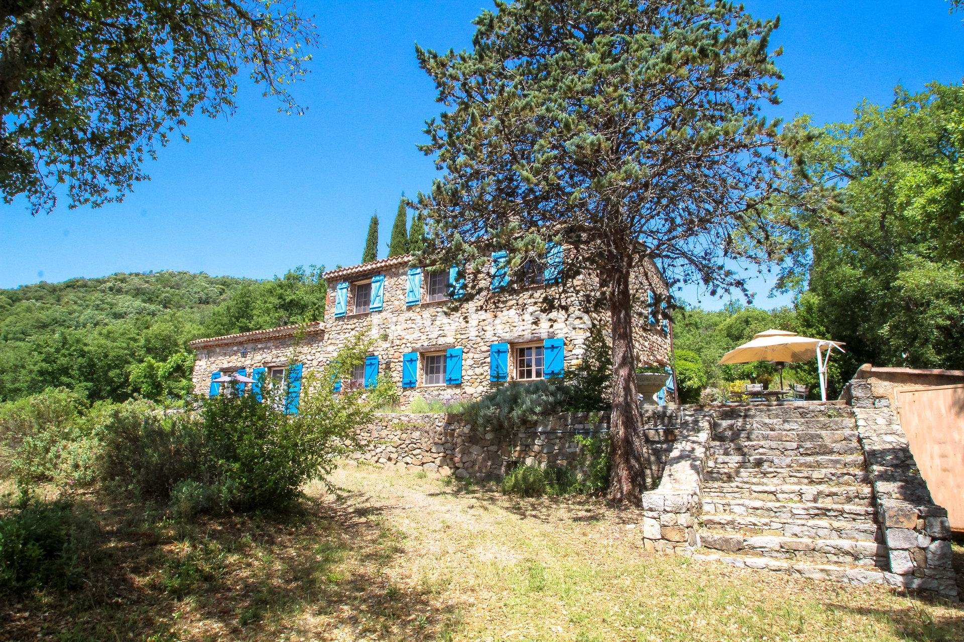 Authentic Bergerie with 28,5 hectares of land including a lake and a rivier