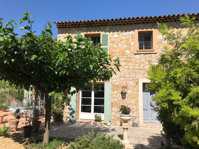 Charming 3 bed property with swimmingpool views in village of Flayosc