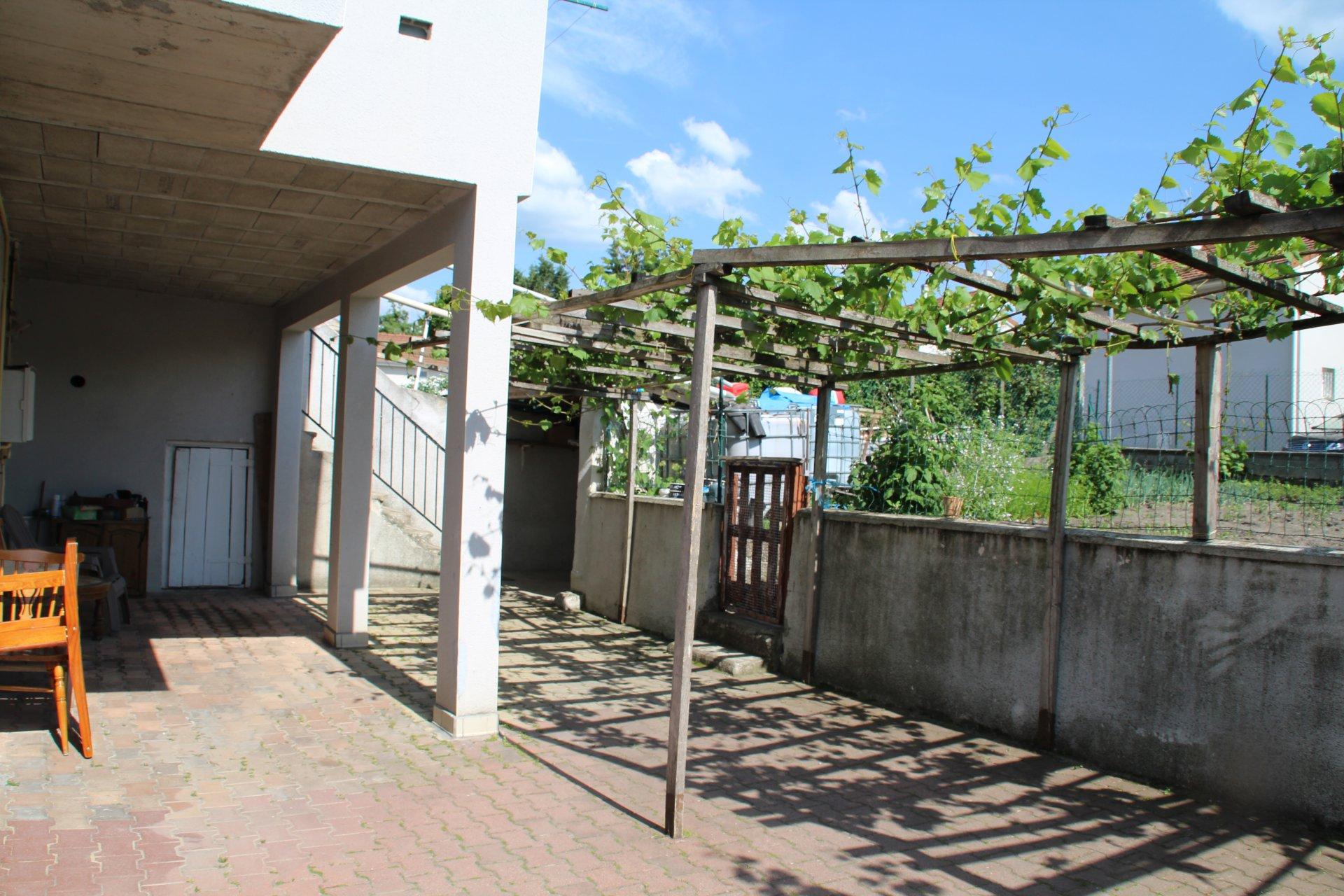 Maison + appartement au Chambon-Feugerolles