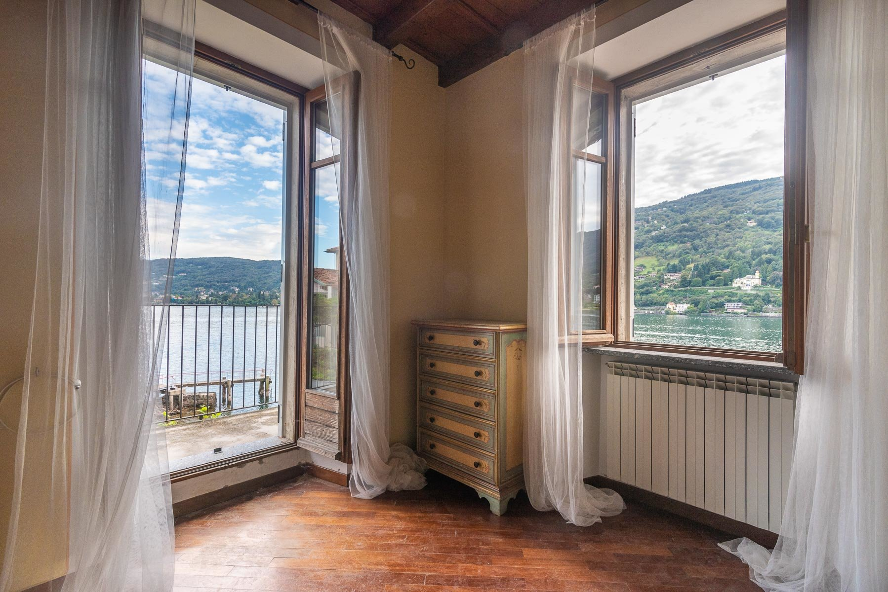 Apartment for sale in Pescatori island,Stresa-bedroom with view