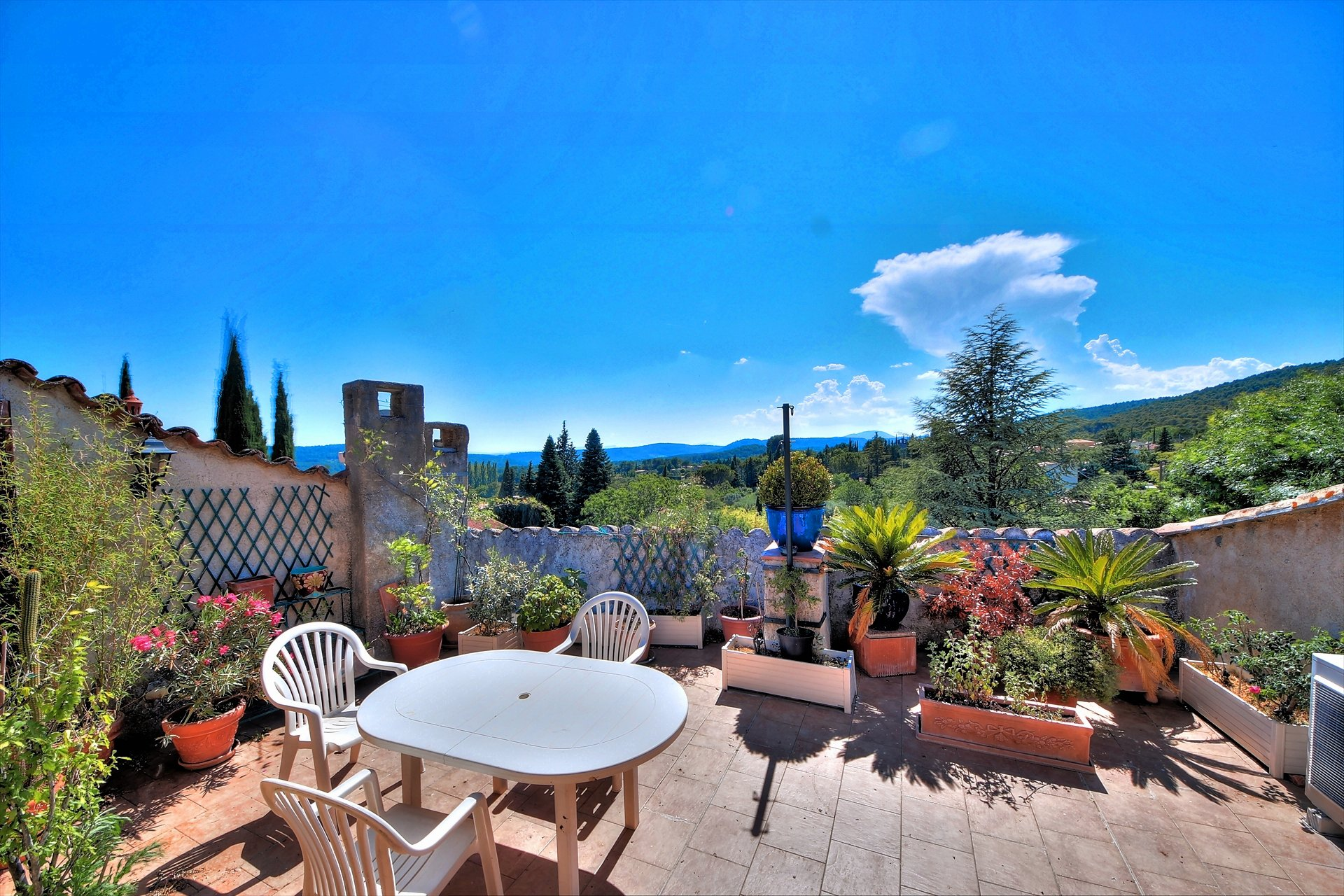 Villecroze, superb flat with terrace and view!