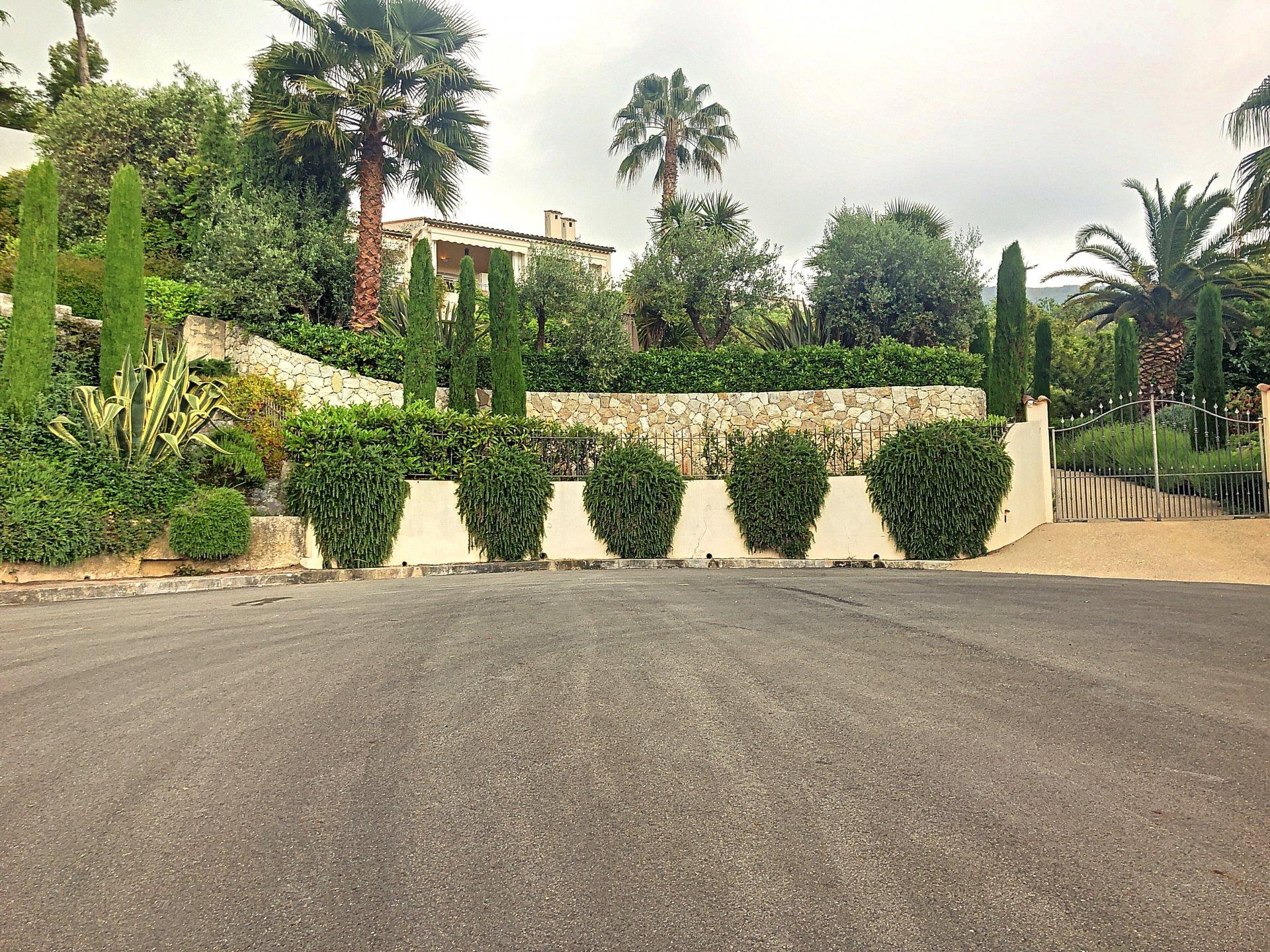 Villa - 7 Pièces - 212 m2 - Vence (06140)