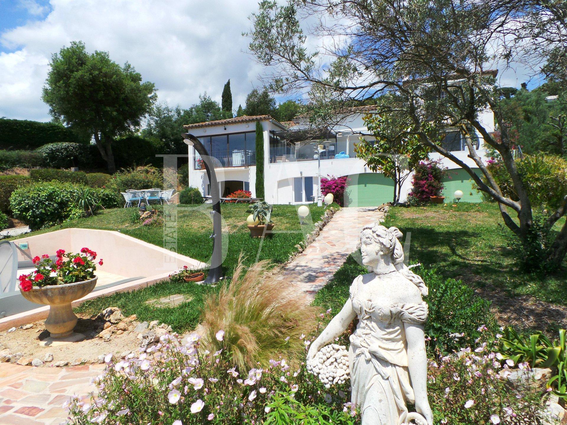 Entre Grimaud et Ste Maxime, dans un domaine privé et avec une jolie vue mer