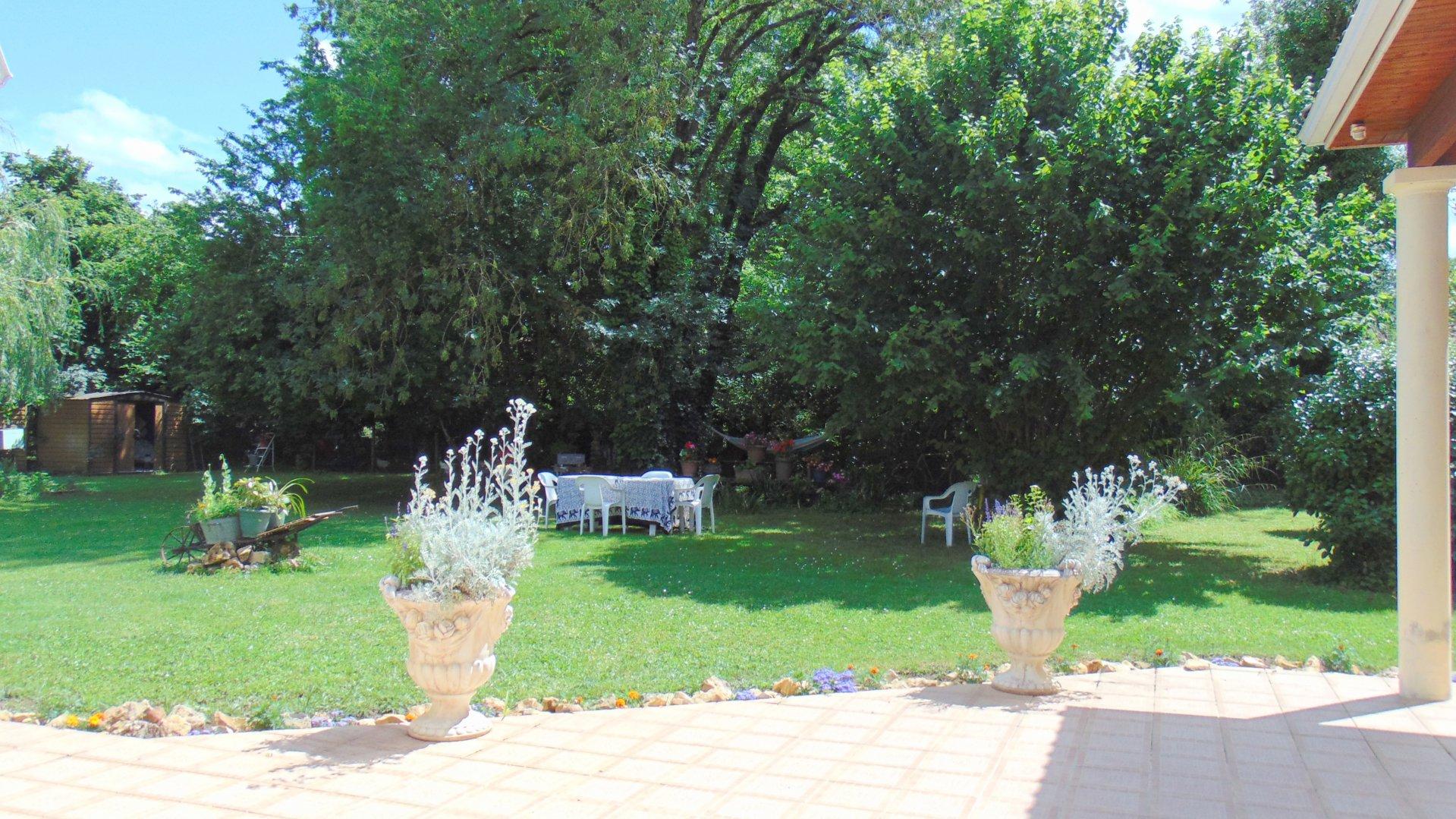Dans un écrin de verdure très belle Villa plain pied moderne