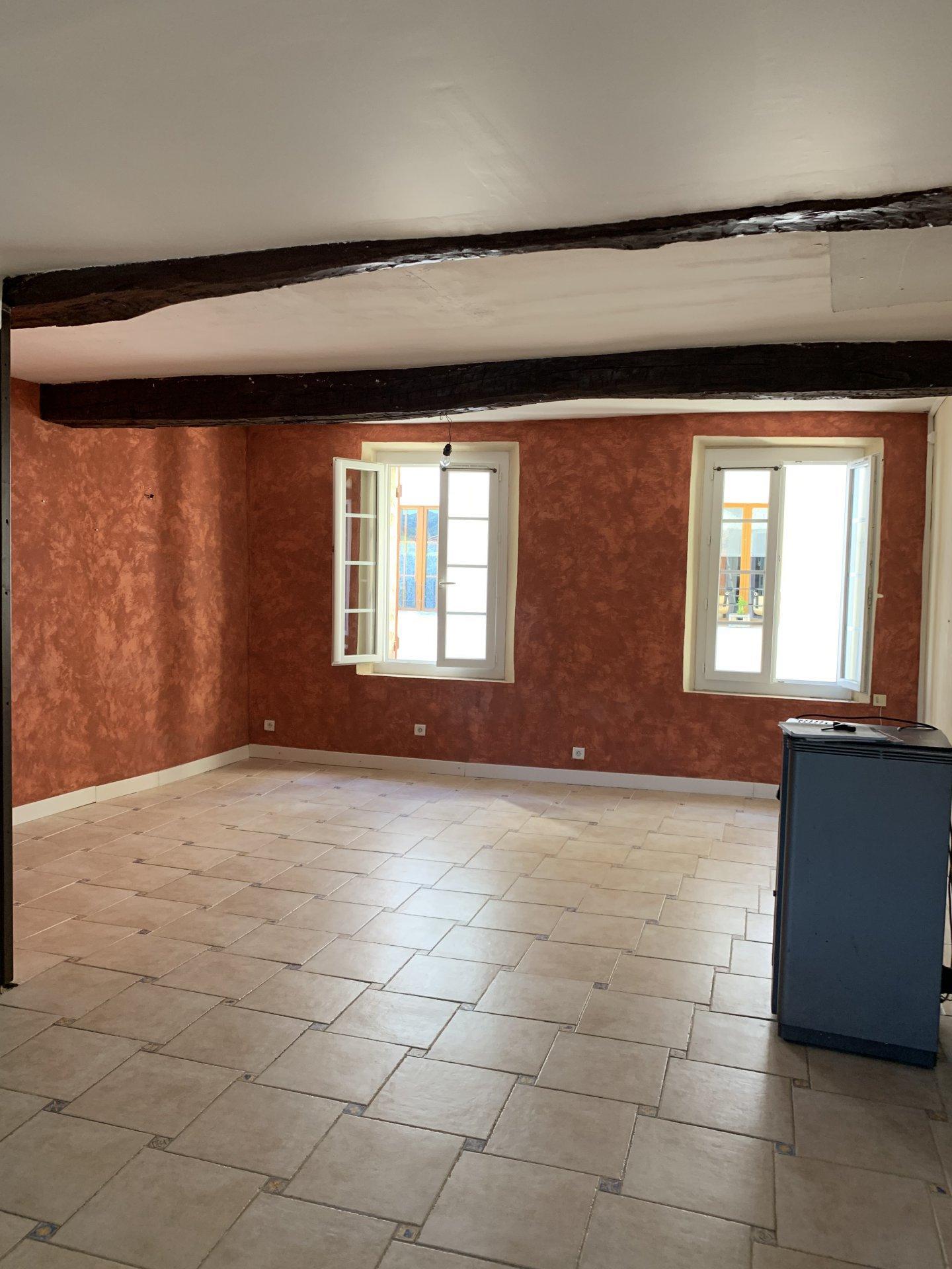 Maison de village 3 chambres(avec potentiel de 5 chambres et patio)