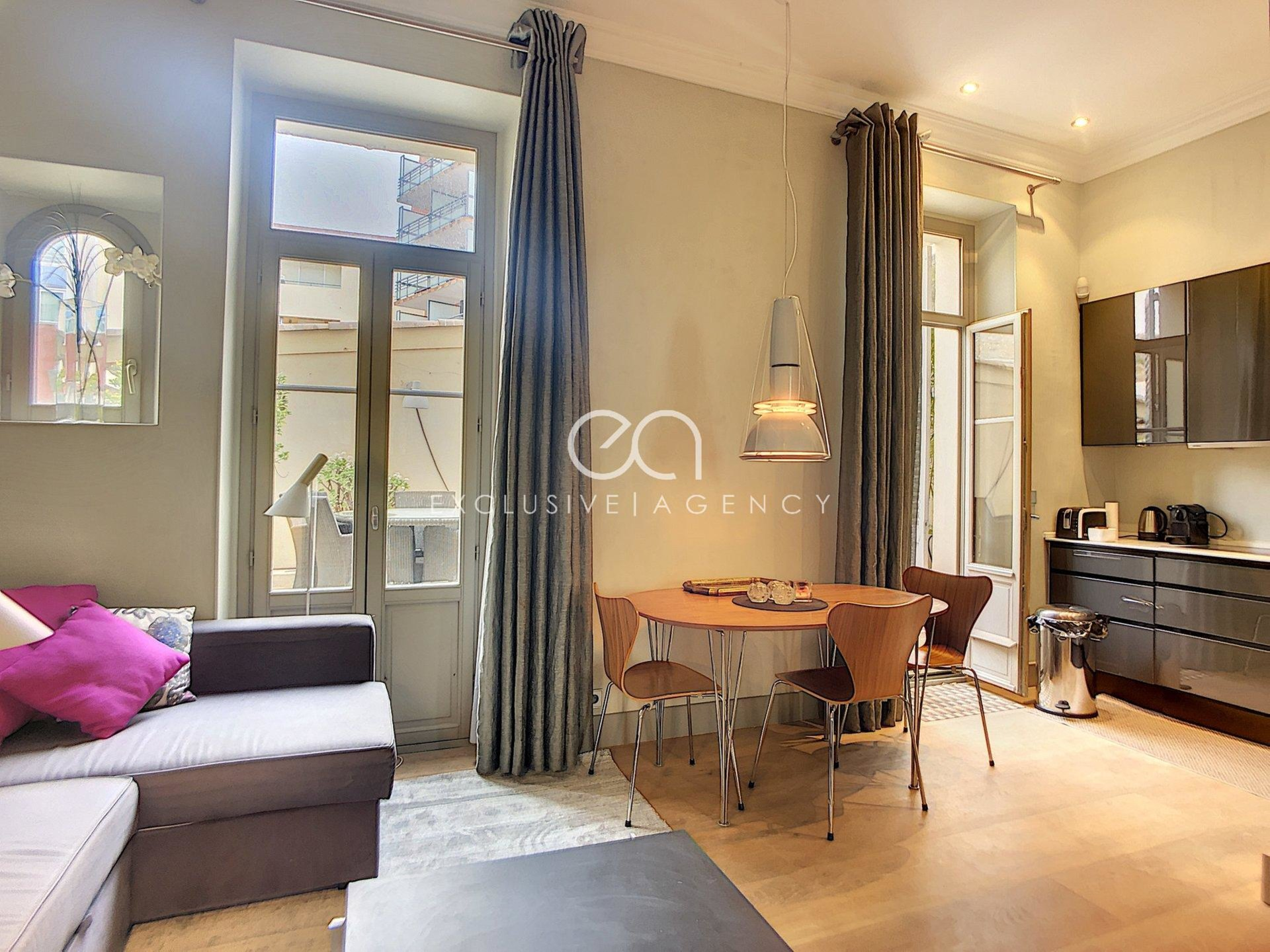 Congress or holiday rentals in Cannes Center rue d'Antibes 45m² 1 bedroom apartment with 18m² terrace.