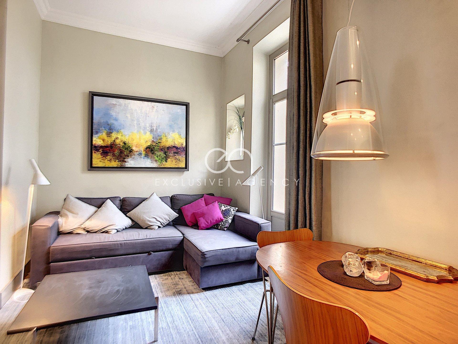 Location saisonnière ou congrès à Cannes Centre rue d'Antibes 2 pièces de 45 m² avec terrasse équipée de 18 m².