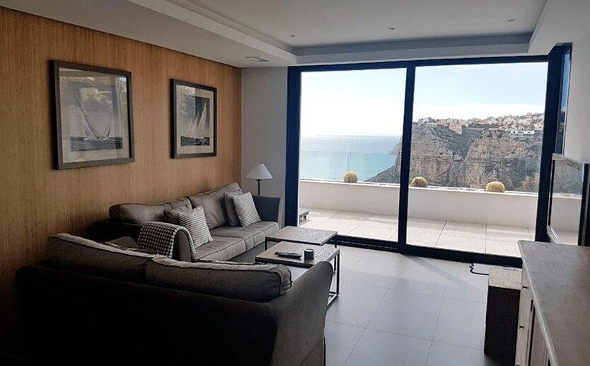 Bel appartement neuf de luxe avec une grande terrasse et vue dégagée sur la mer