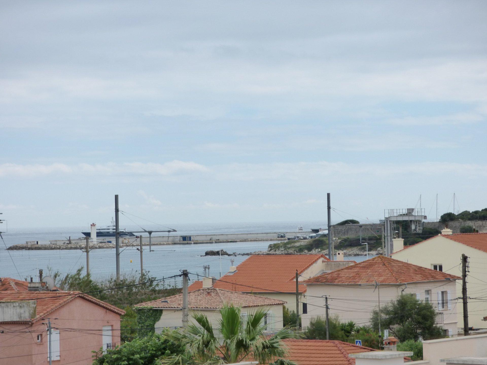 Antibes - 3 rooms - top floor - sea view