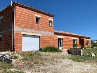 Maison moderne avec garage sur terrain plat