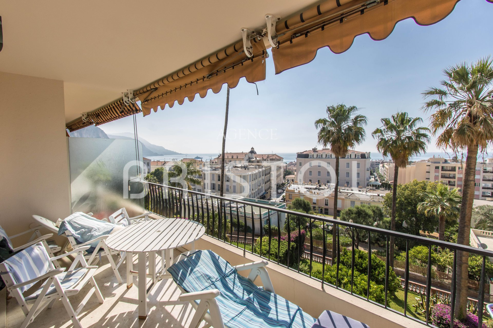 Very nice apartment on upper floor of a sought after residence in Beaulieu