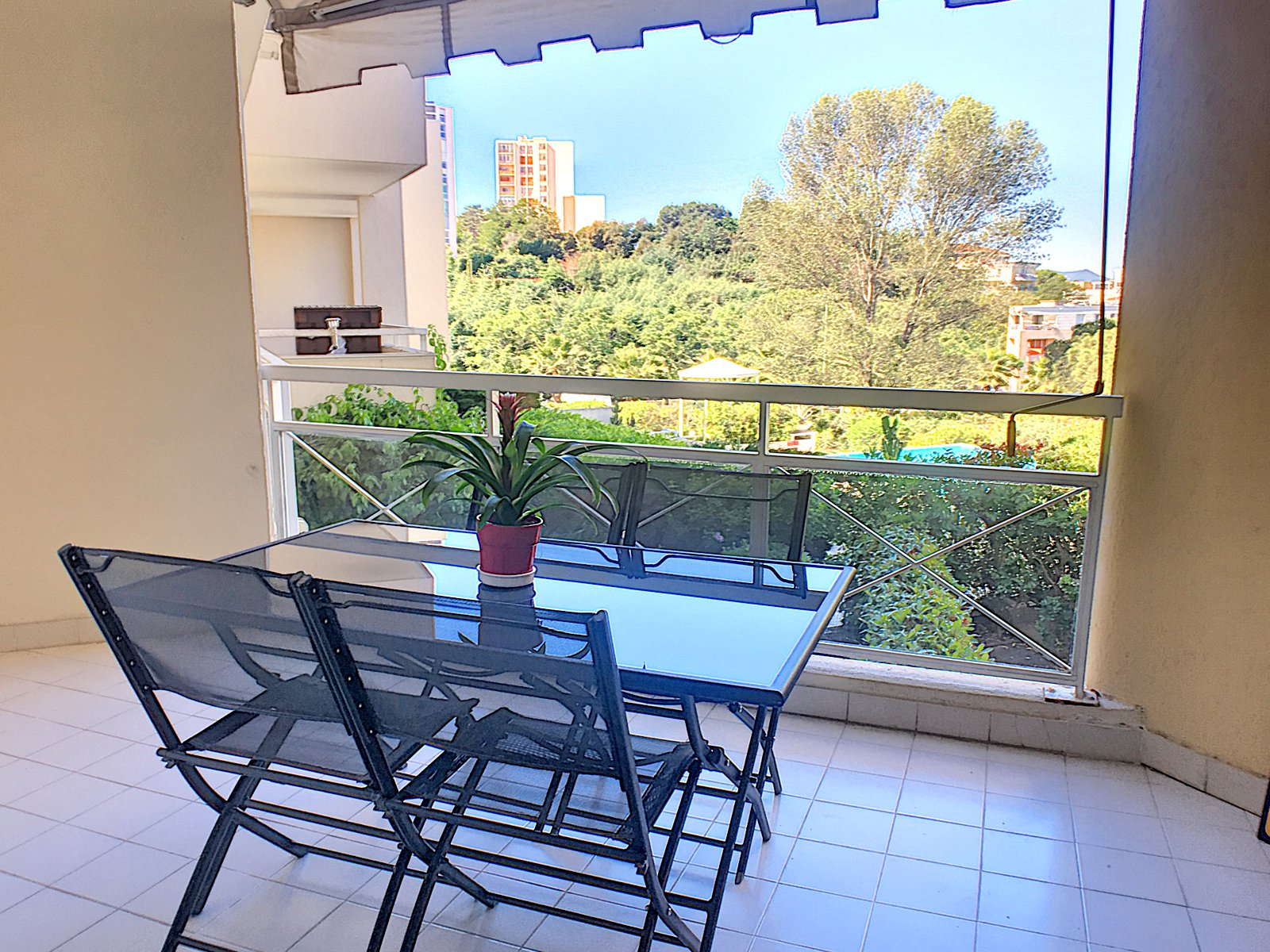 LE CANNET LARGE 2-ROOM APARTMENT IN QUIET