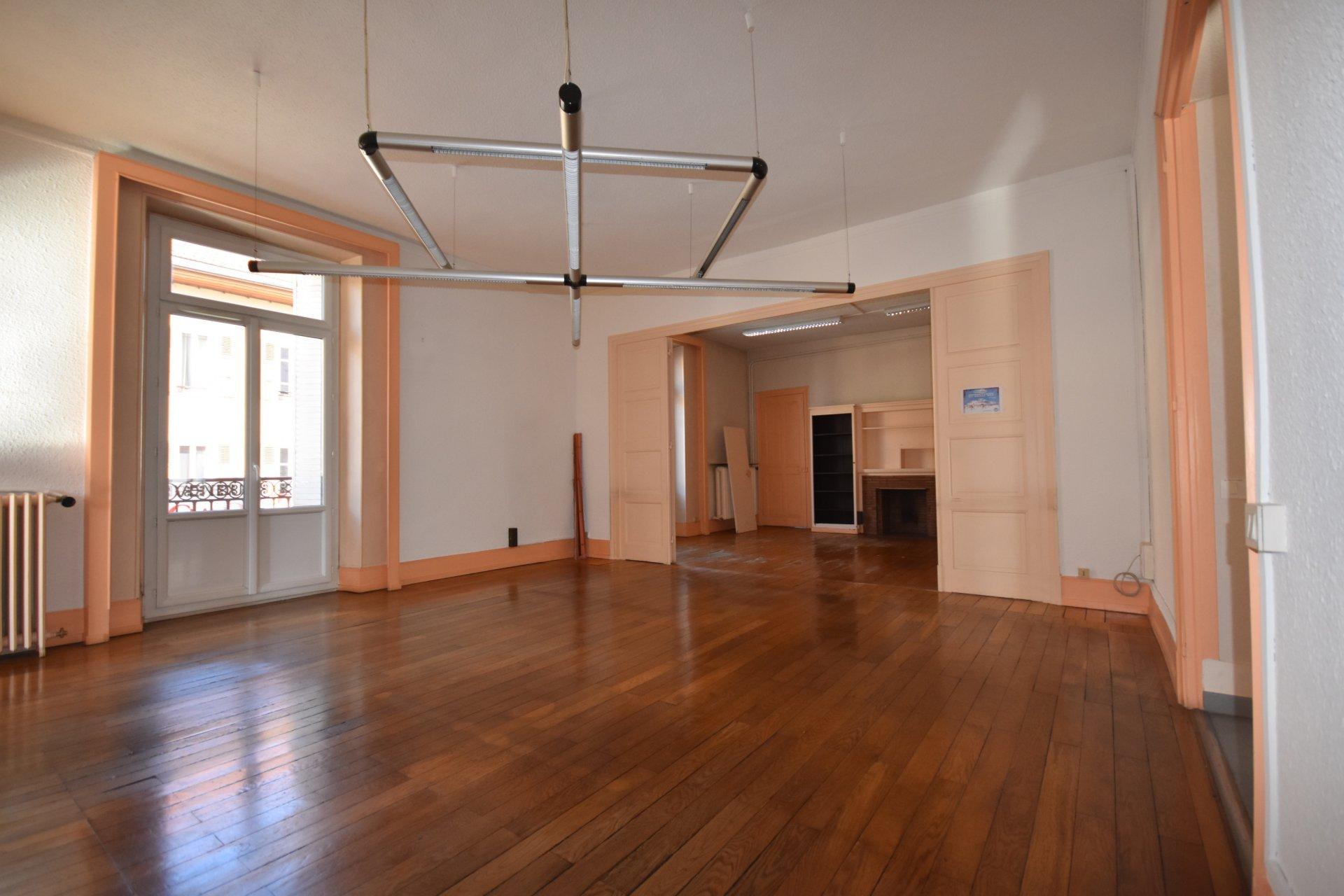 Appartement de 8 pièces + cave + grenier + balcon + stationnement